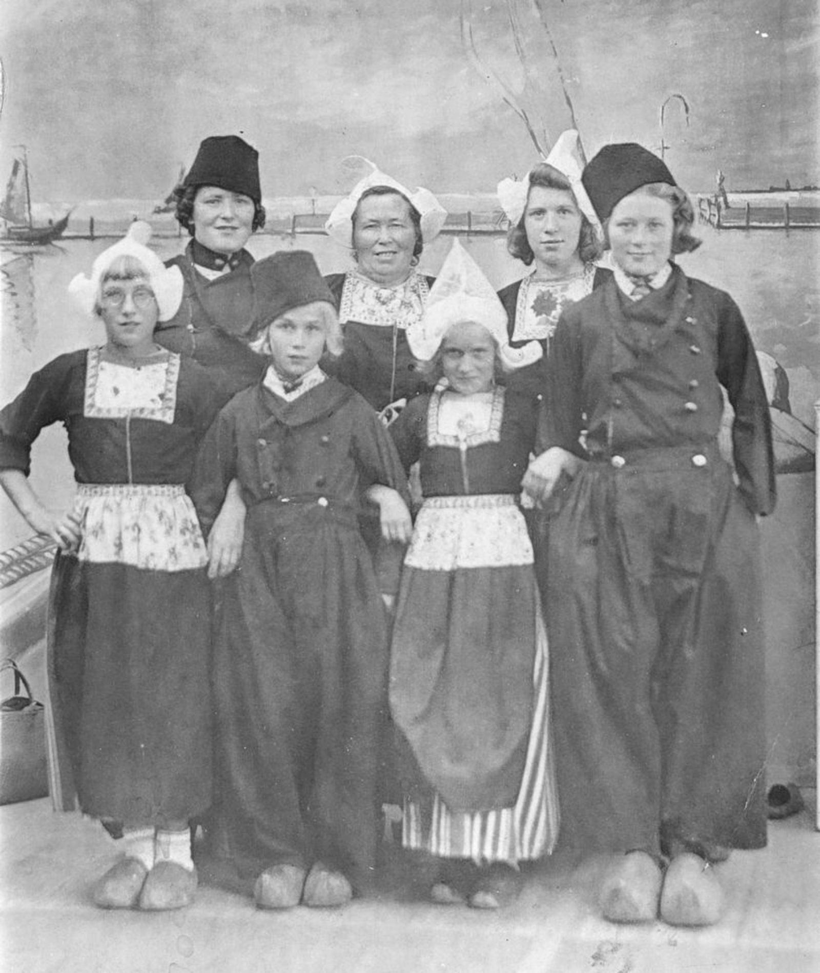 Imanse - Denaijere Maria C 1891 19__ met kinderen in Klederdracht