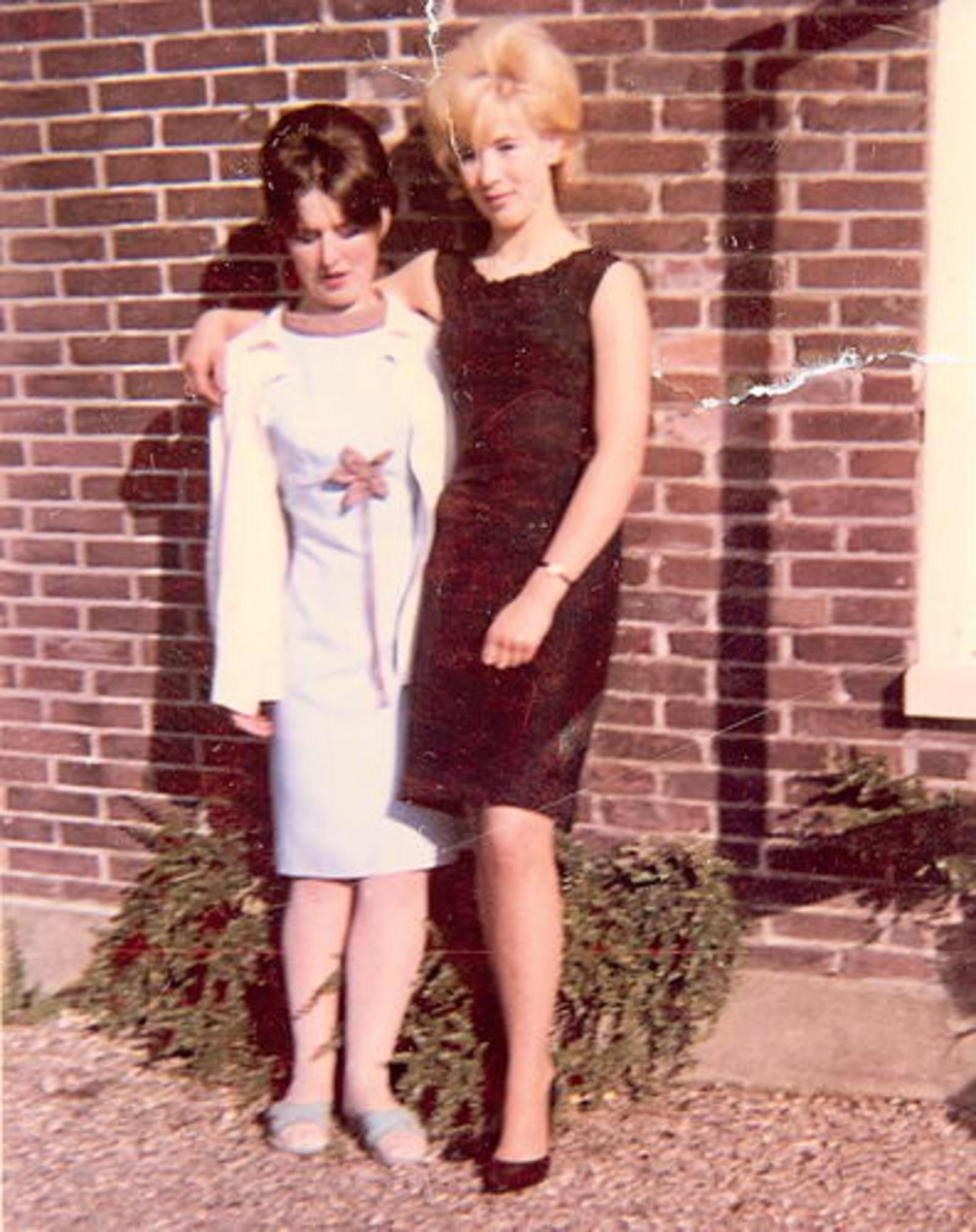 Imanse Corrie 1948 1966 met zus Rina