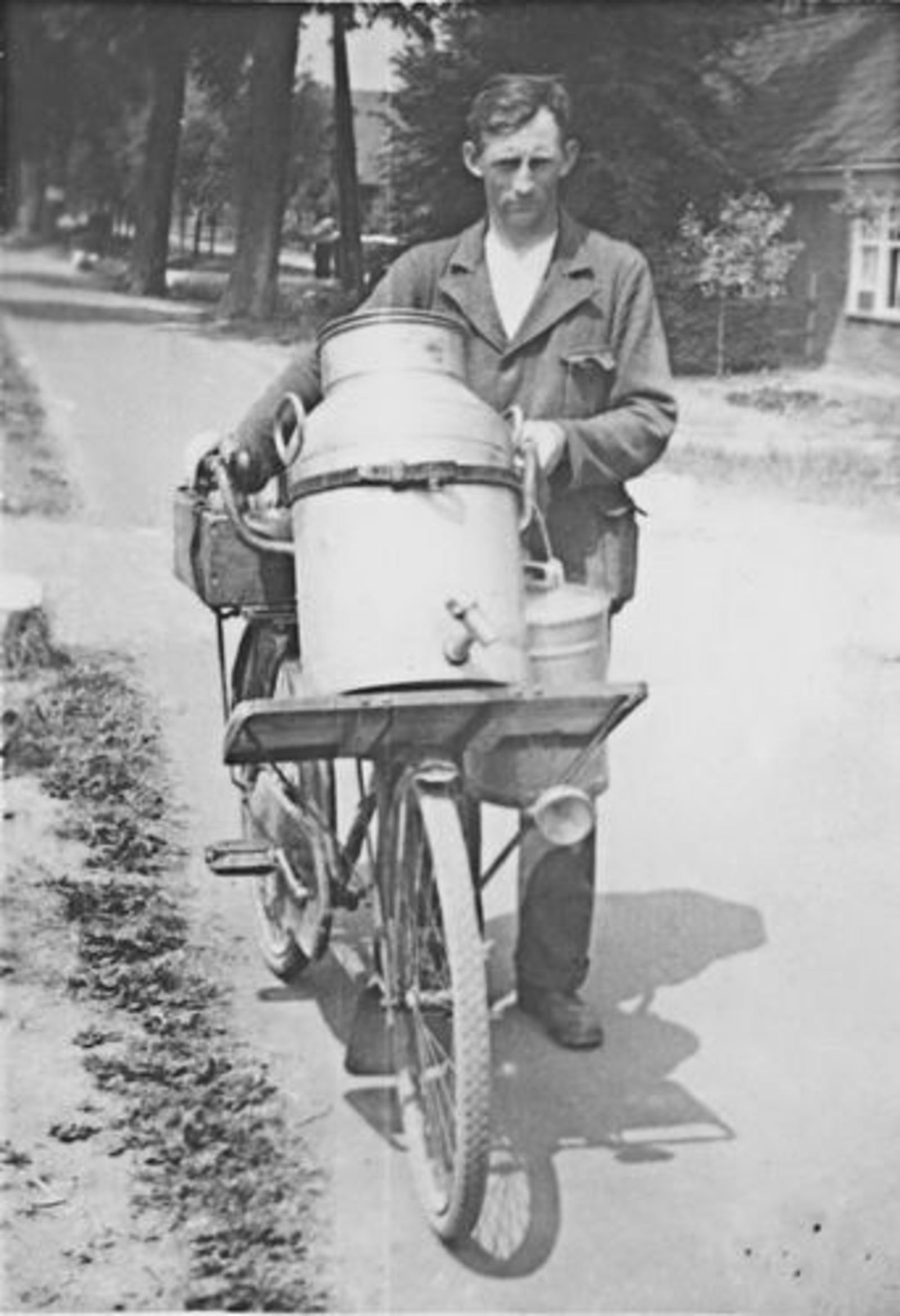 Imanse Henk 1908 1934± Melkslijter met de Fiets
