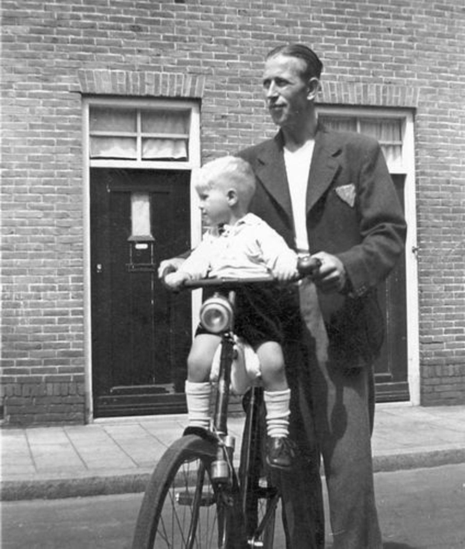 Imanse Iman C 1920 1948 met zoon Jantje op de Fiets_2