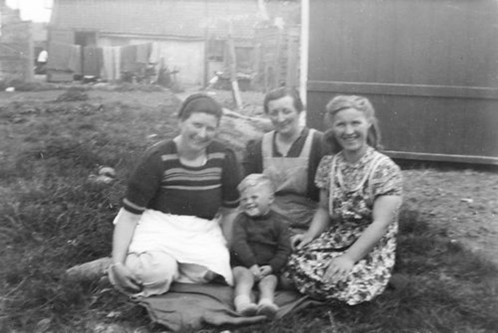 Imanse Jan 1943 1946 op Erf in Kruislaan 02 met Onbekend