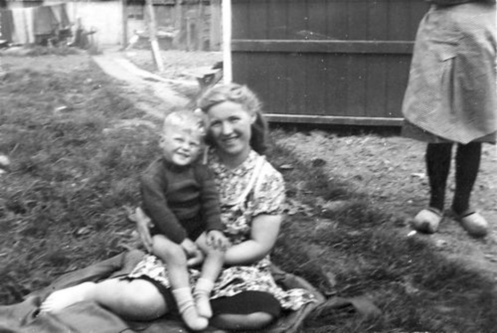 Imanse Jan 1943 1946 op Erf in Kruislaan 05 met Moeder Leentje