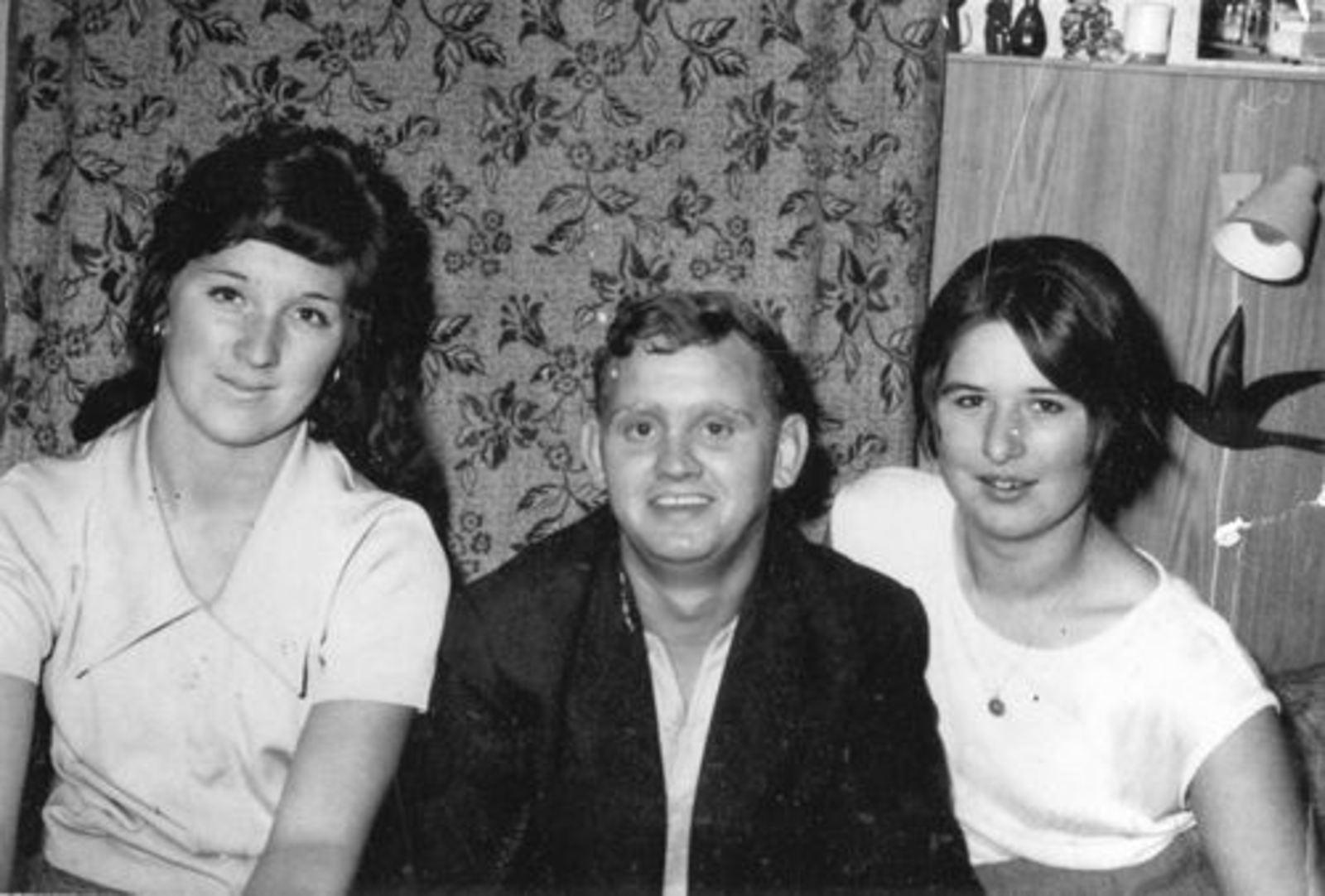 Imanse Ria 1947 met zus Corrie en Kees vd Kommer