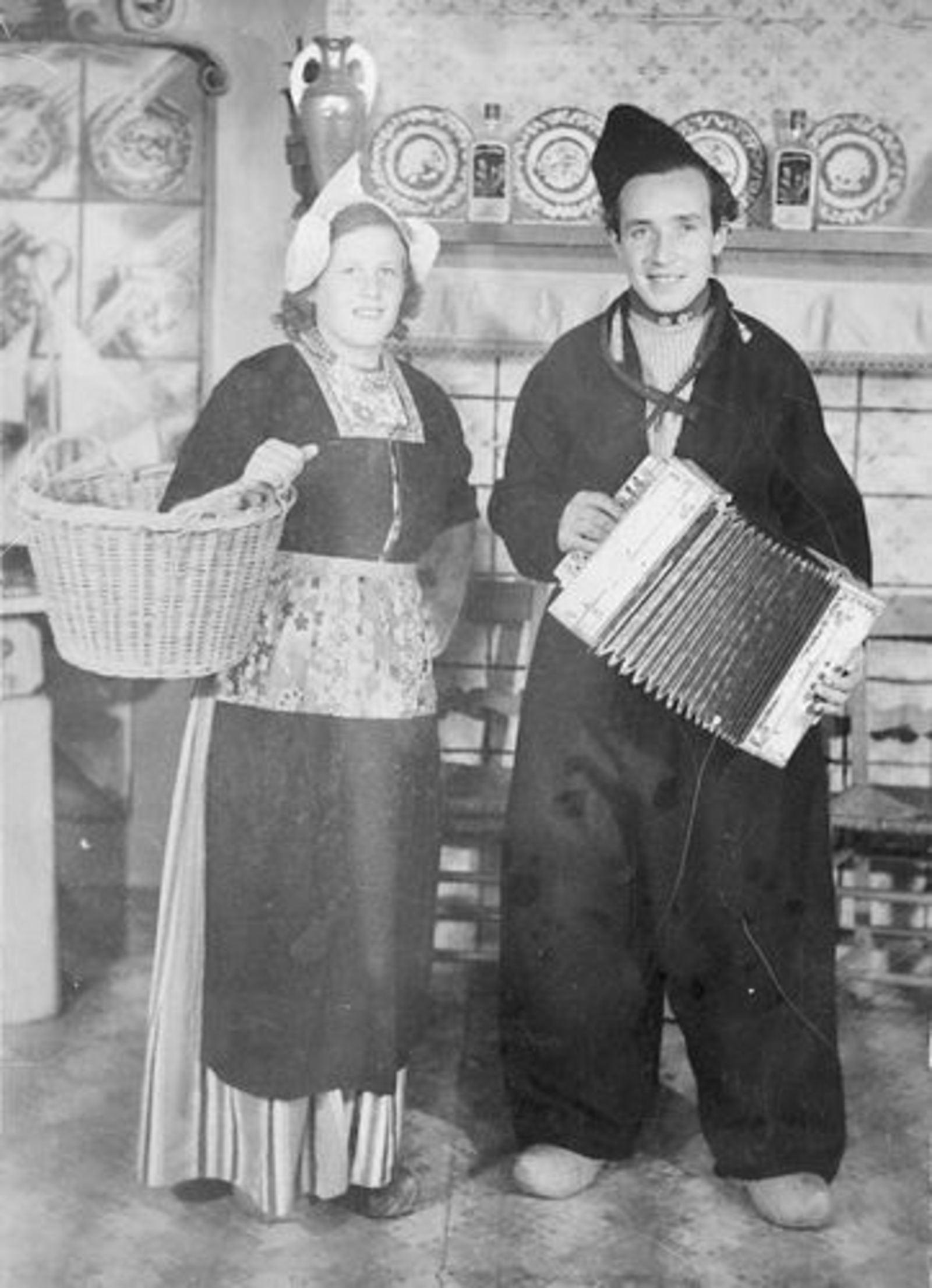 Imanse Theo 1925 19__ met vrouw Corrie Huisman in Klederdracht