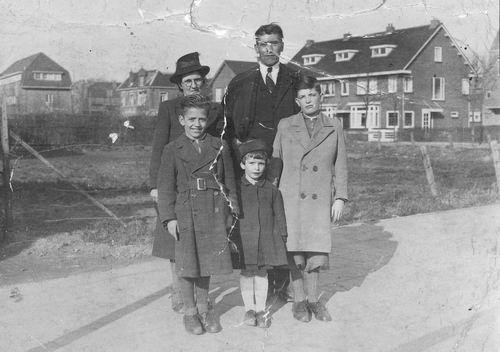 <b>ZOEKPLAATJE:</b>Jong Cornelis de 1944 Gezin aan de Wandel in Zwanenburg