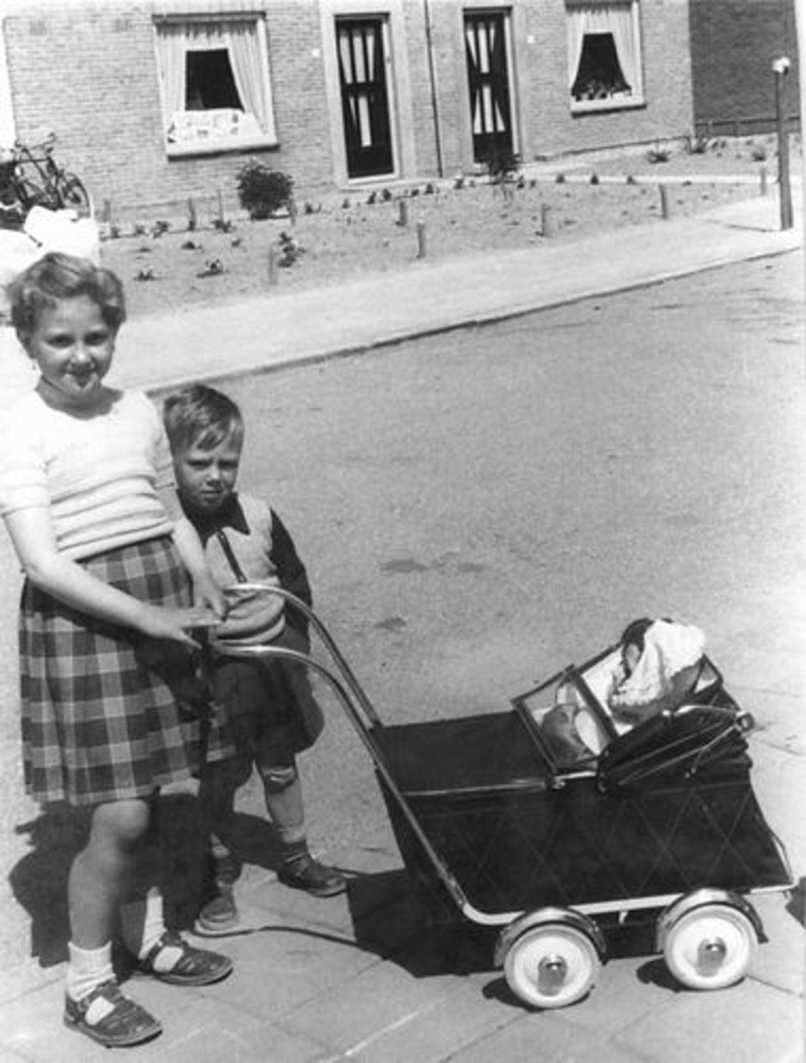 Jonkheer vd Pollstraat 0000 1955± met Gretha en Cok Schreuders