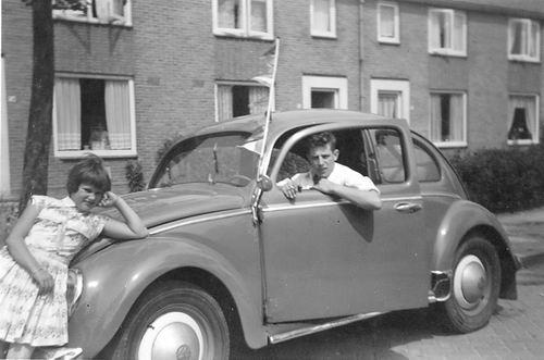 Jonkheer vd Pollstraat 0052 19__ met Joop de Gier met VW Kever 01