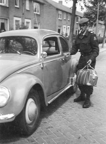 Jonkheer vd Pollstraat 0052 19__ met Joop de Gier met VW Kever 03