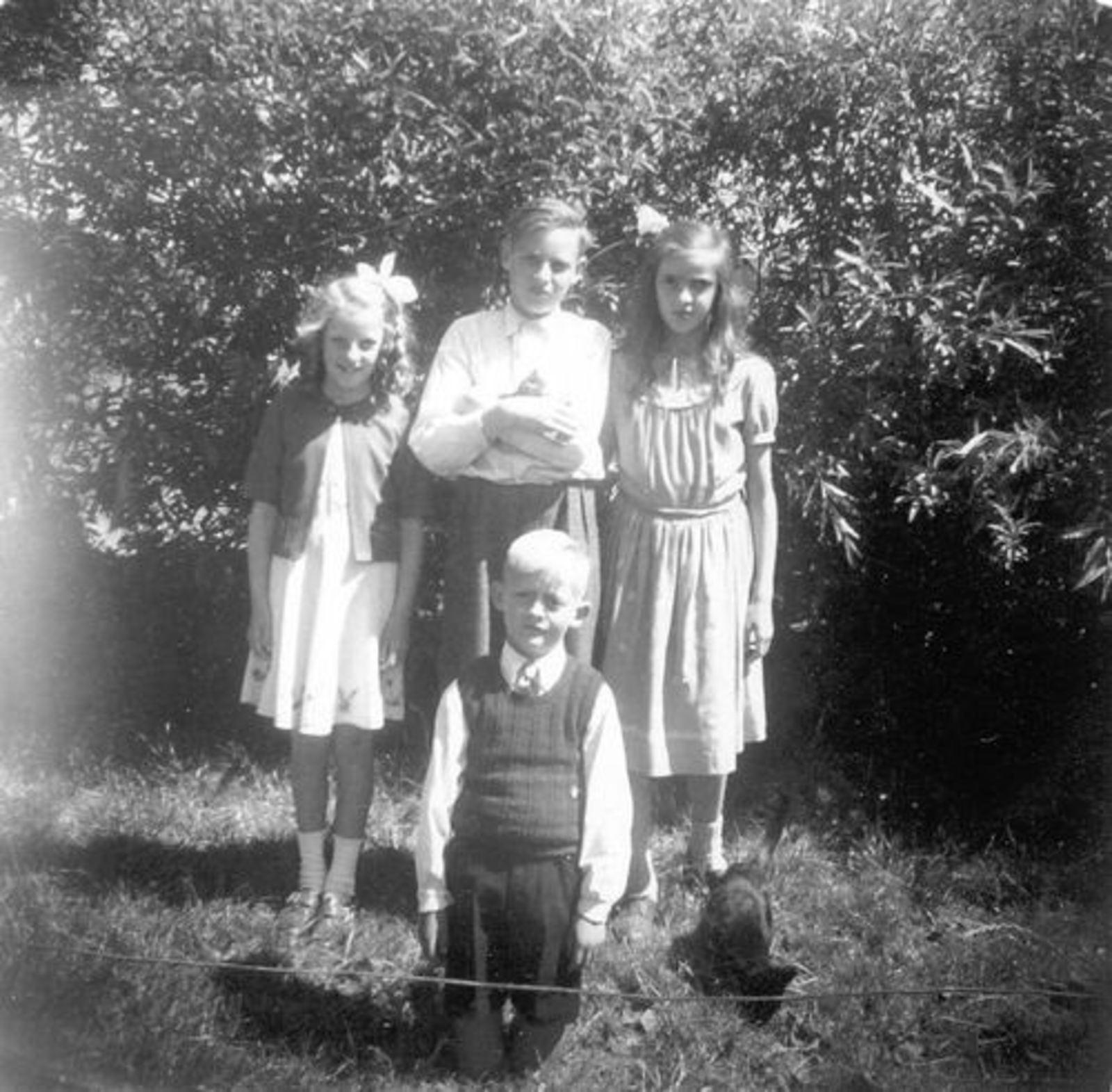 Koeckhoven Cor 1939 1948 in Tuin met Grad en Jan ea