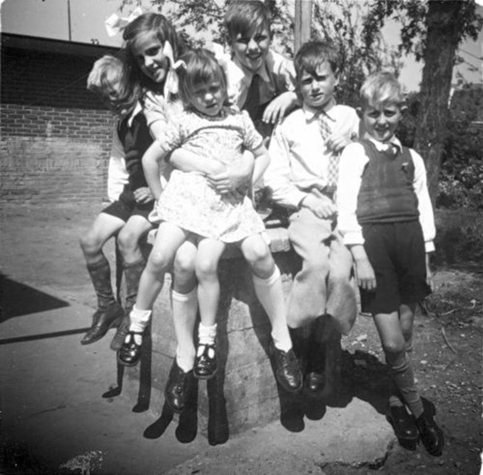 Koeckhoven Cor 1939 1948 in Tuin met Grad en Jan ea 01