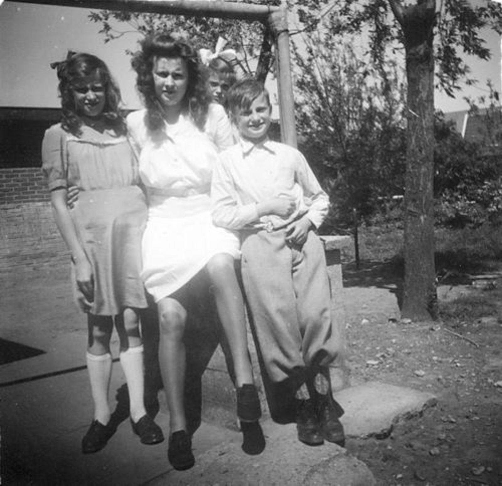 Koeckhoven Cor 1939 1948 in Tuin met Zusters 01
