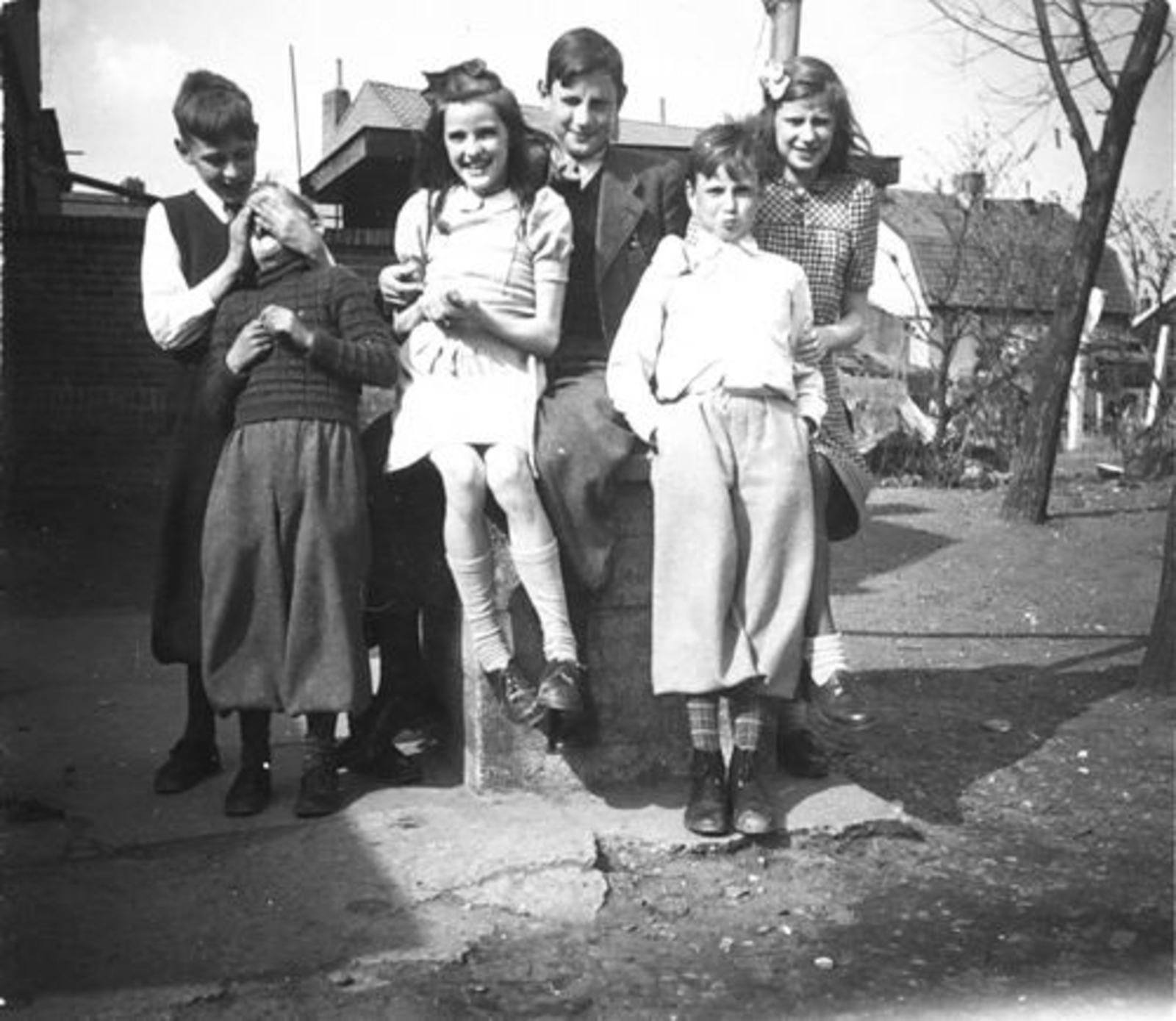 Koeckhoven Cor 1939 1948 in Tuin met Zusters 11