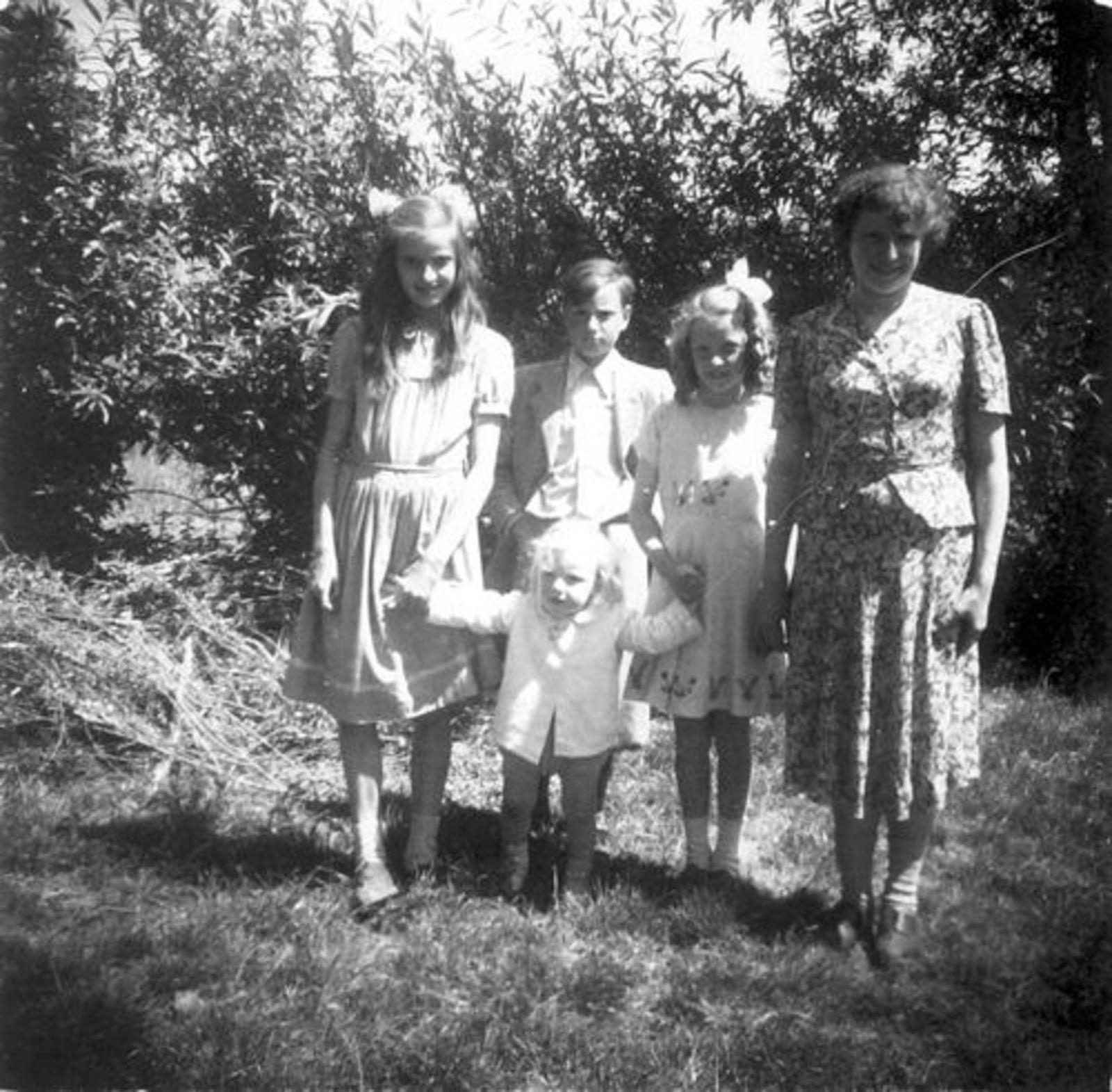 Koeckhoven Cor 1939 1949 met Zusters en Kinderen de Baan_3