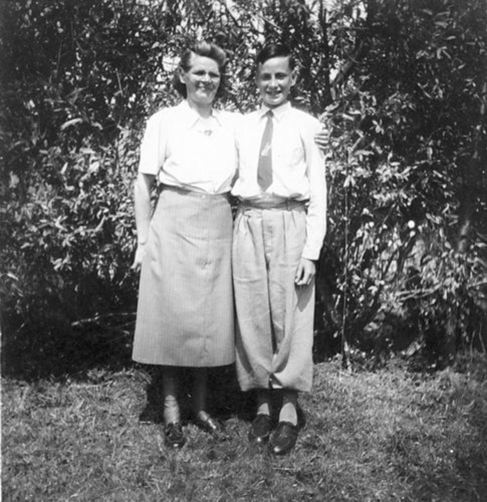 Koeckhoven Cor 1939 1952 in Tuin met Moeder