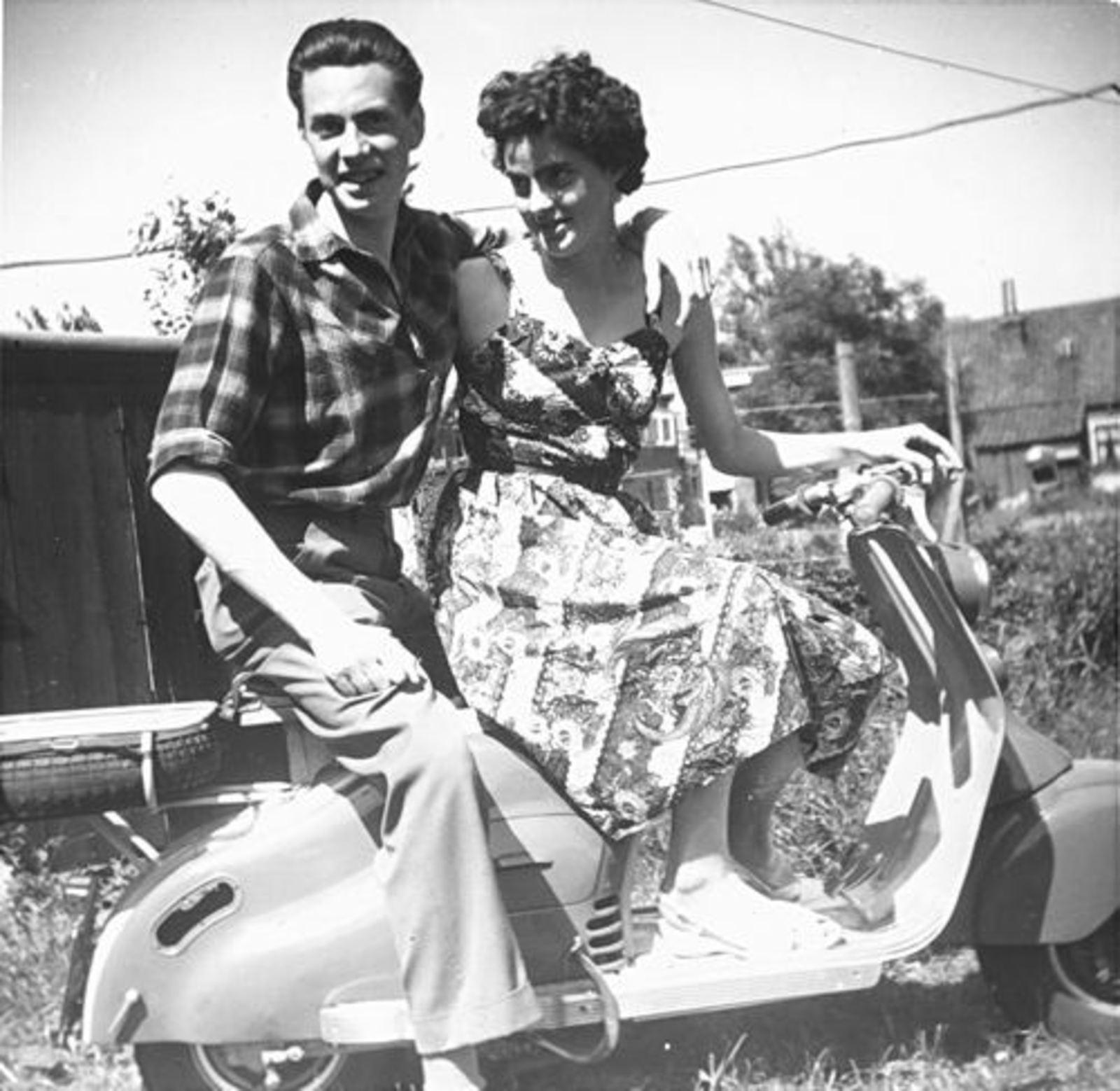 Koeckhoven Cor 1939 19__ op Scooter met zus Grad