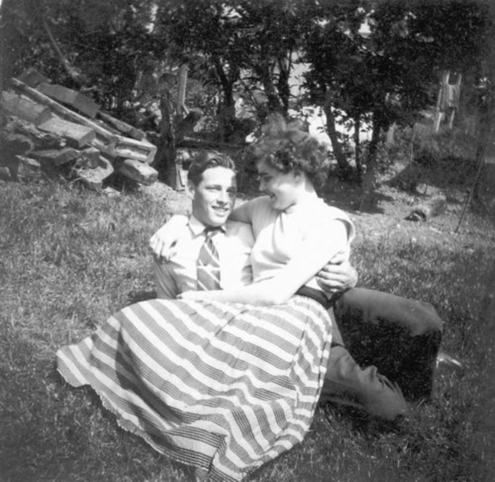 Koeckhoven Jan 1935 19__ met zus Grad in het Gras