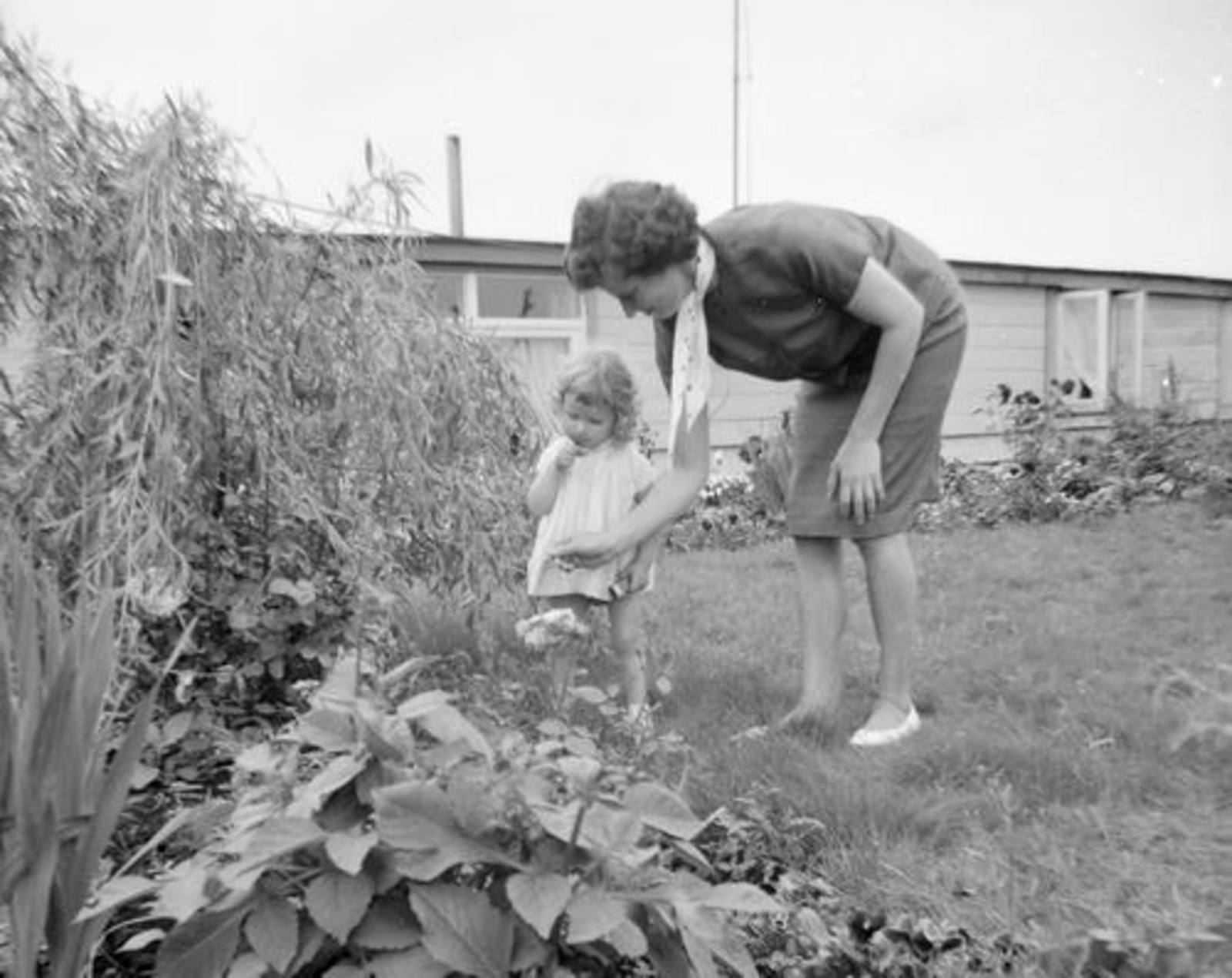 Koeckhoven Jo 1933 1948-61 in Tuin met dochter Mirjam_Neg