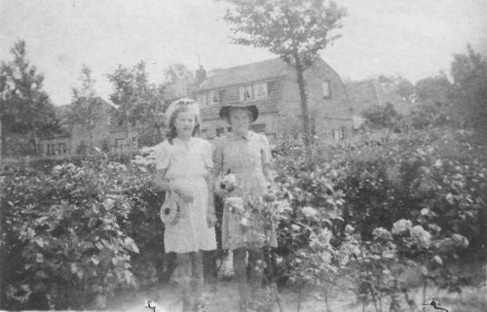 Koeckhoven Ria 1930 1944 in Tuin met Annie Lauret