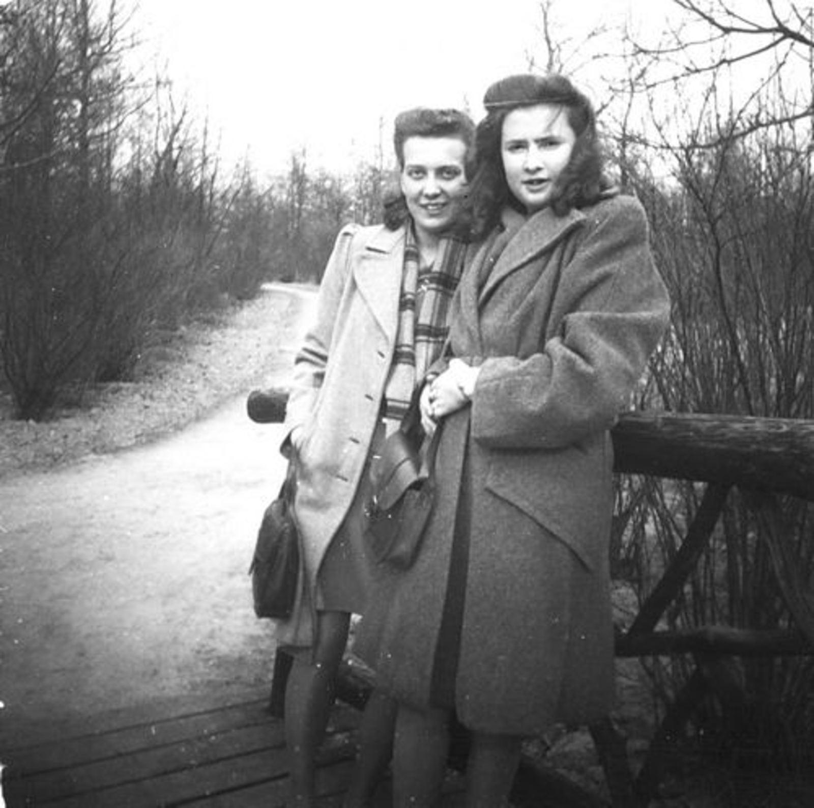 Koeckhoven Ria 1930 1947 in Wandelbos met Gerda Zandberg
