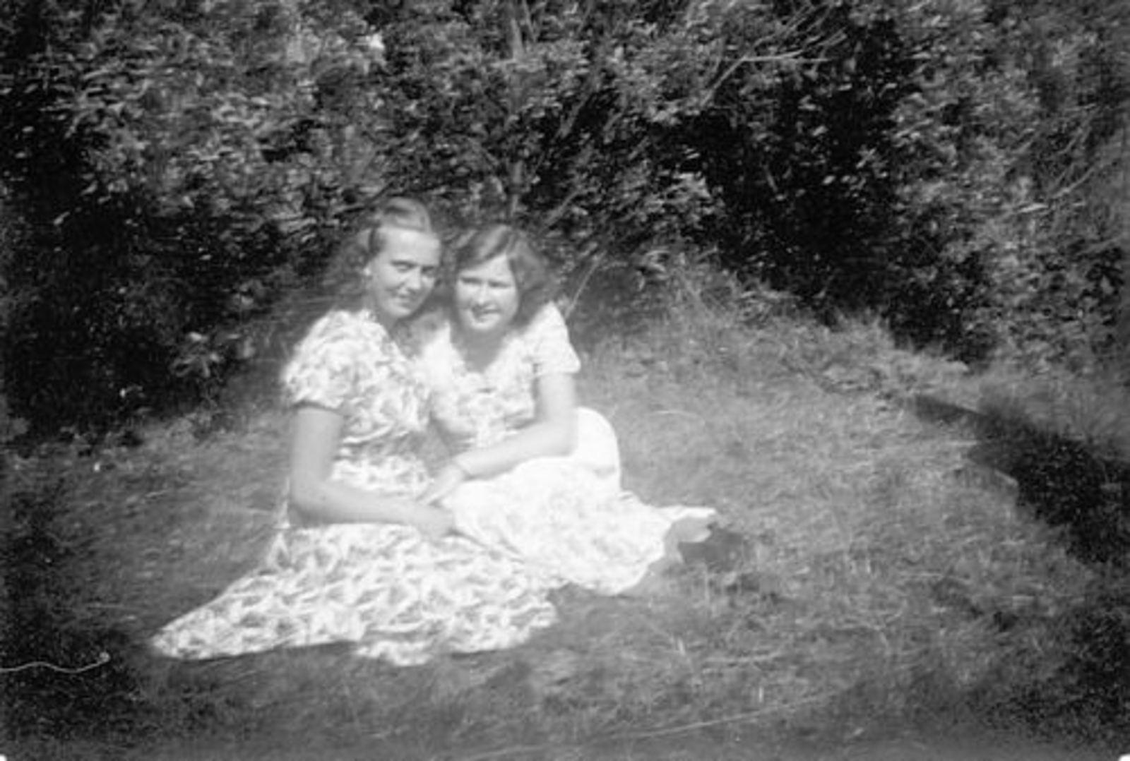 Koeckhoven Ria 1930 1950 in Tuin met Gerda Zandberg