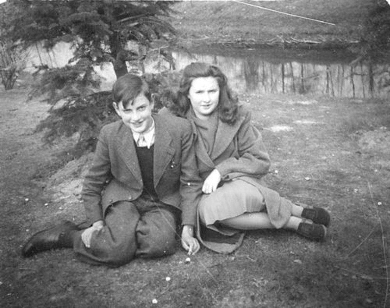 Koeckhoven Theo 1932 1947 met zus Ria langs Slootkant
