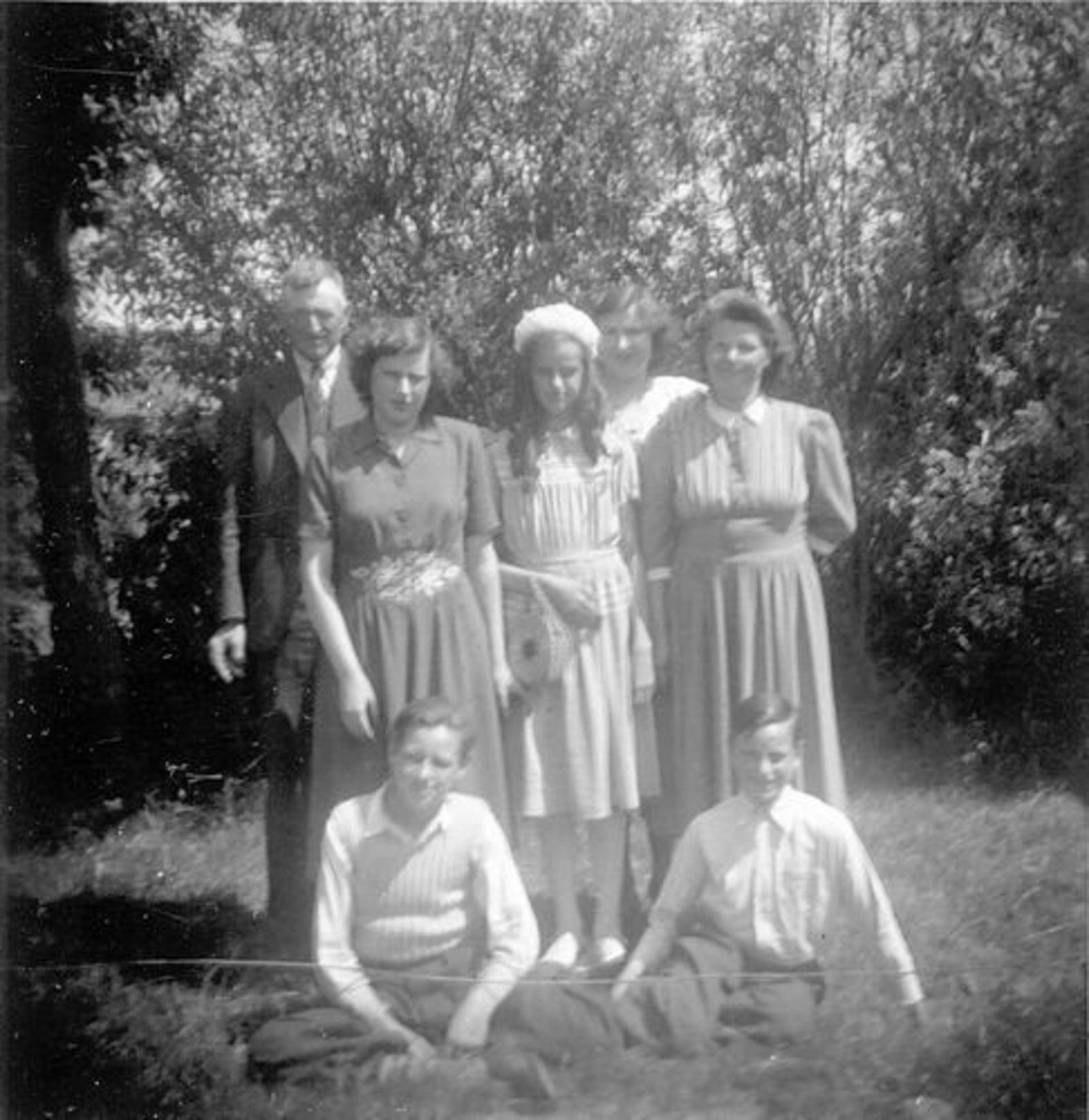 Koeckhoven Therus Janzn 1899 1950 met Gezin in de Tuin
