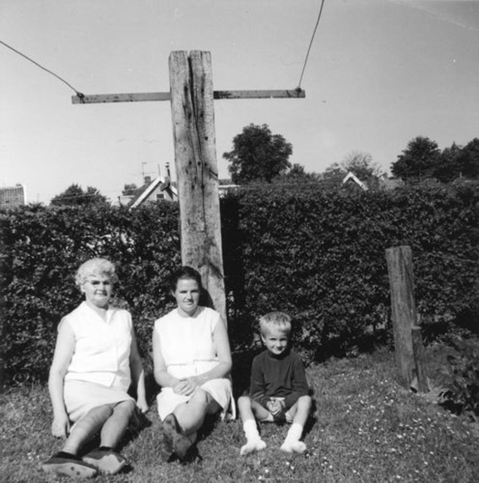 Koeckhoven Therus Janzn 1899 19__ vrouw Bep Adriaanse in Tuin met Joke en Edwin