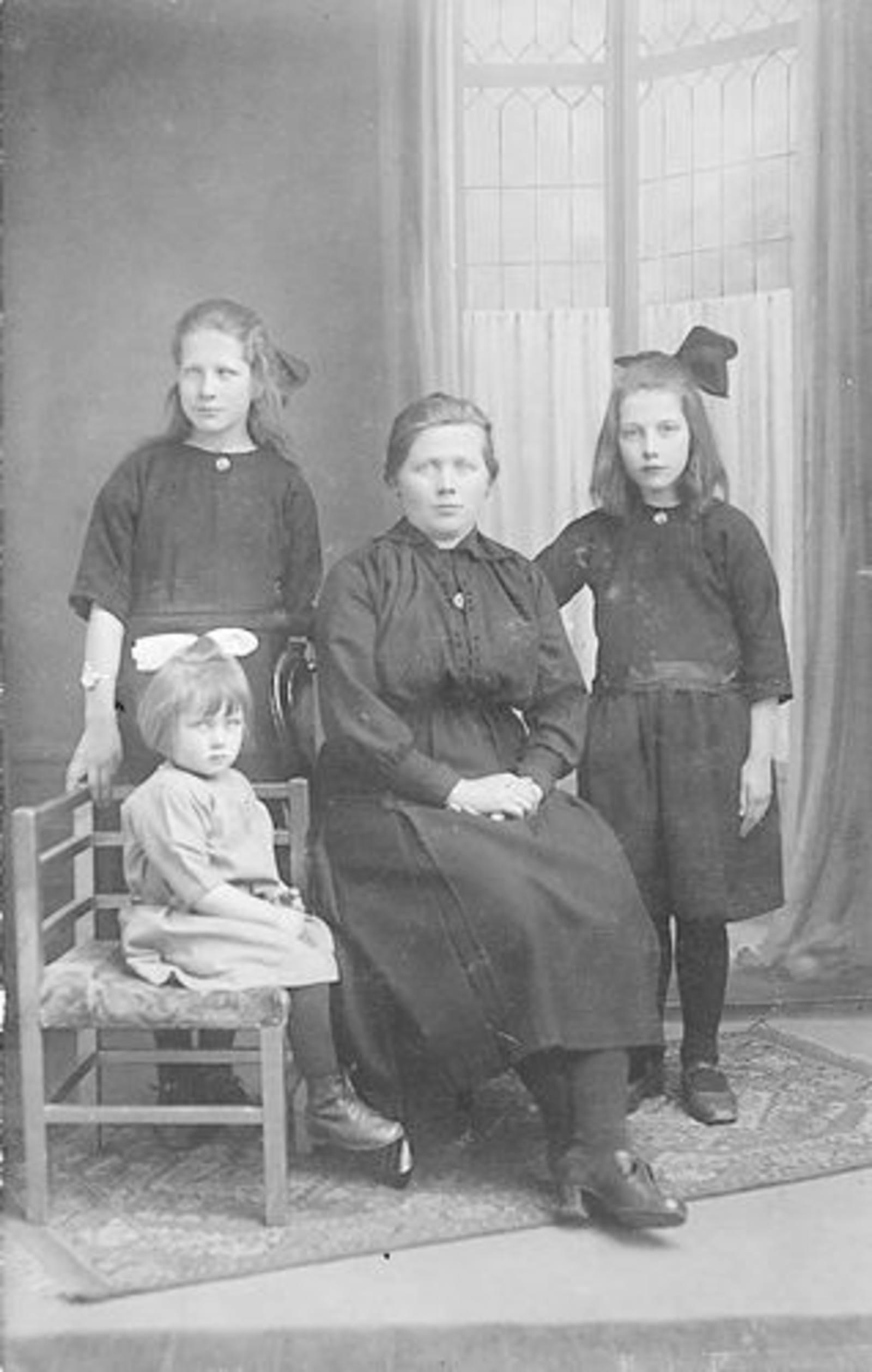 Koning Bep de 1919 1923± bij Fotograaf met moeder en tantes Tichelaar
