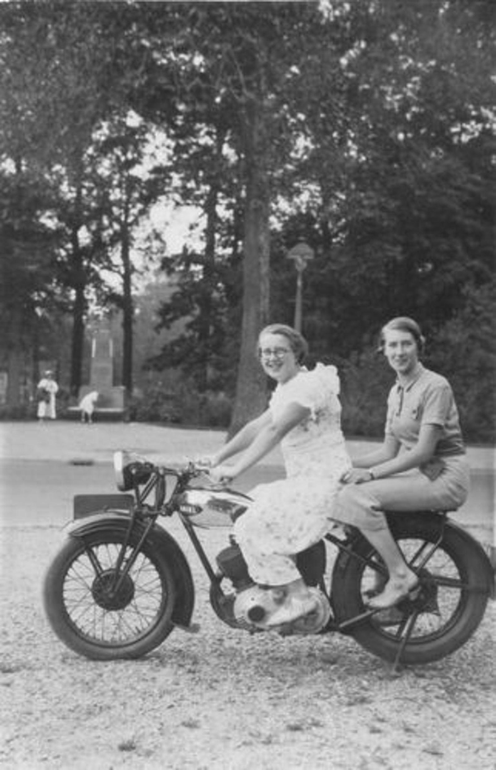 Koning Bep de 1919 193_ met Janny Roodenburg op motor Ariel