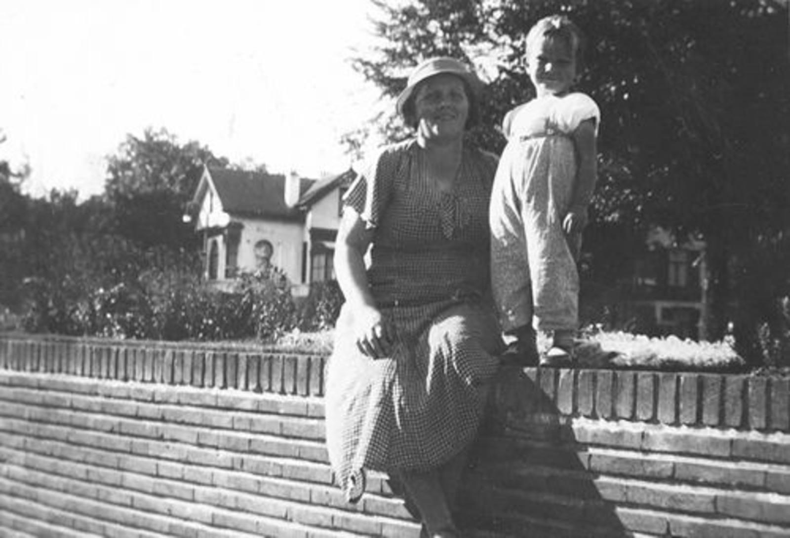Koning Joop de 1930 1931± met moeder Stijntje op Muurtje