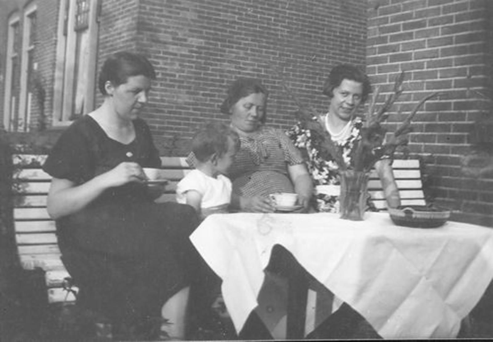 Koning Joop de 1930 1931± met oa Dames Kooijman