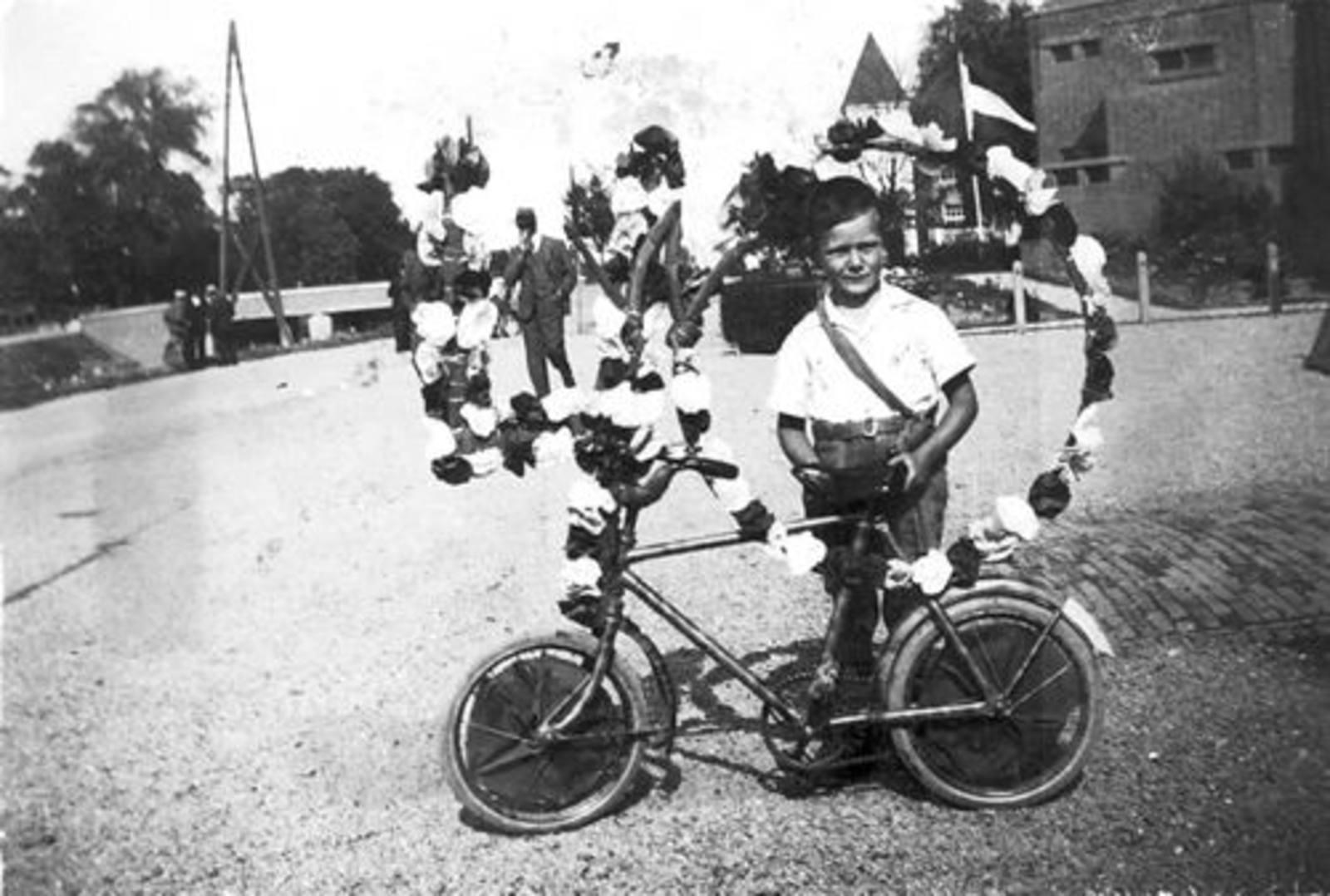 Koning Joop de 1930 1935± met versierde Fiets