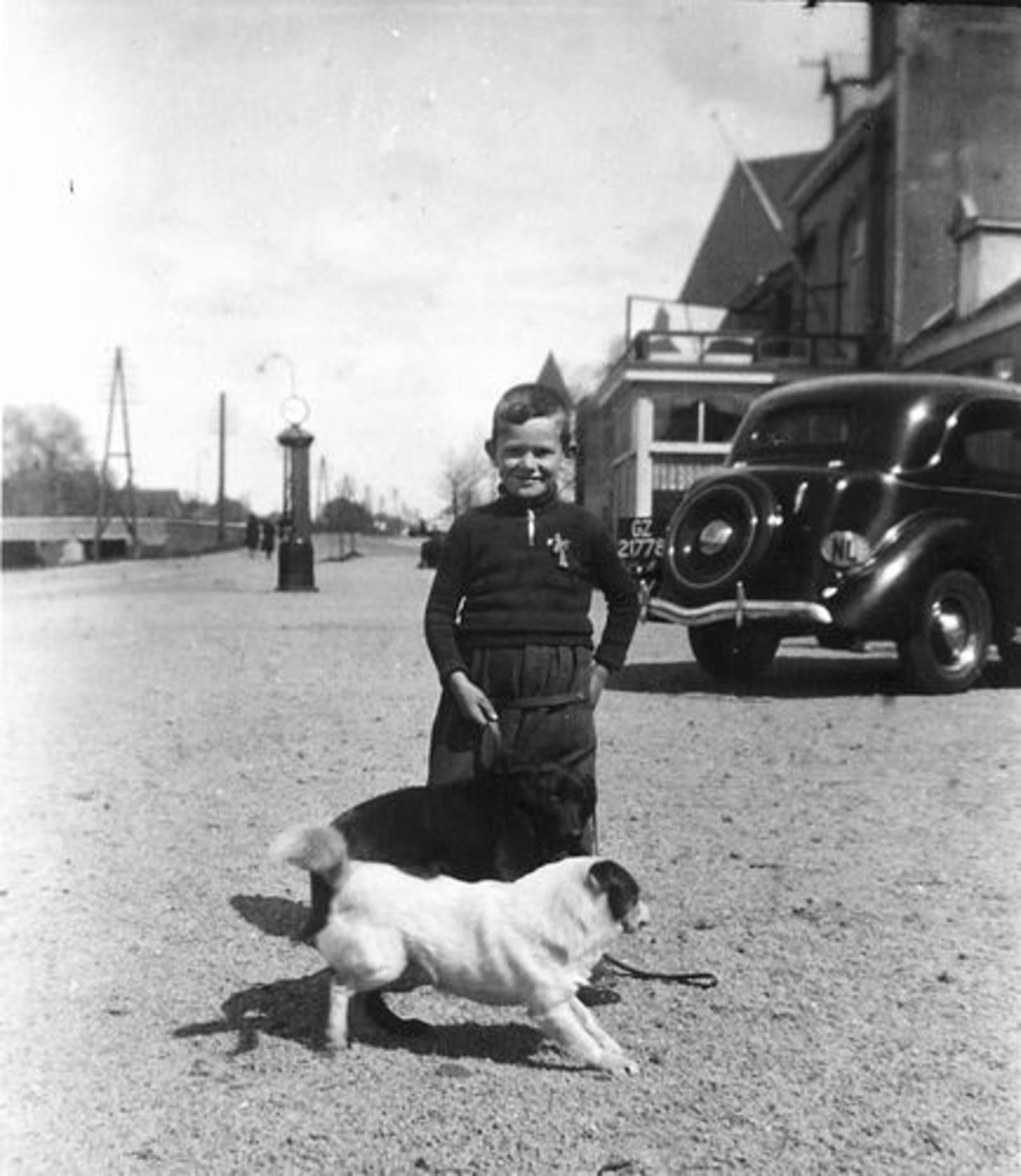 Koning Joop de 1930 1935± met zicht naar Hotel de Landbouw 01