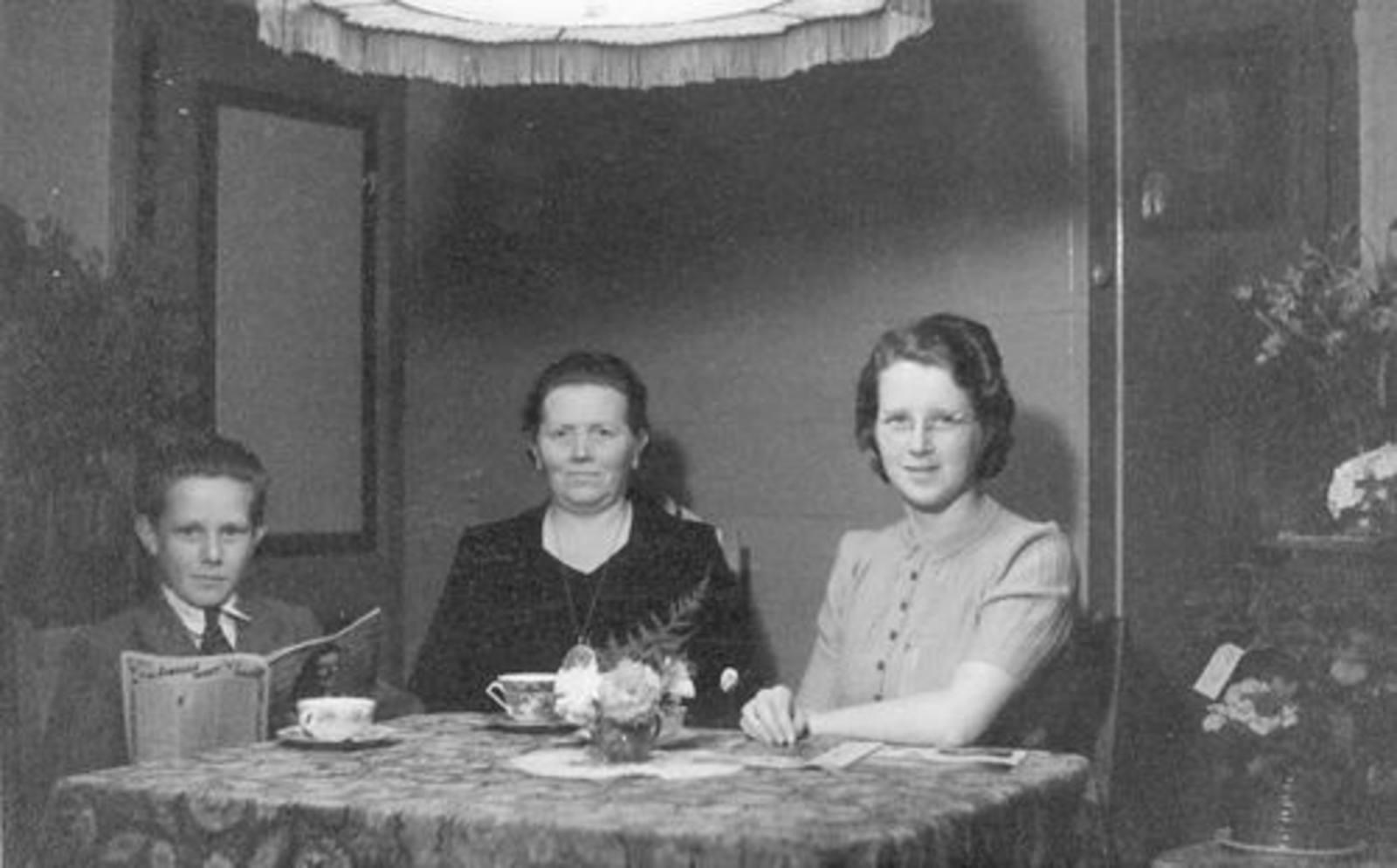 Koning Joop de 1930 1937± met Moeder en Bep aan Tafel