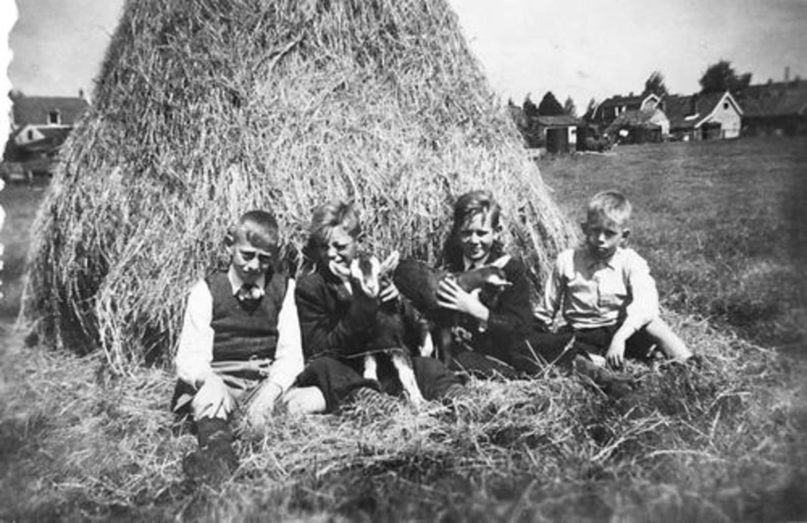 Koning Joop de 1930 1943± met Vrienden bij Tas Hooi