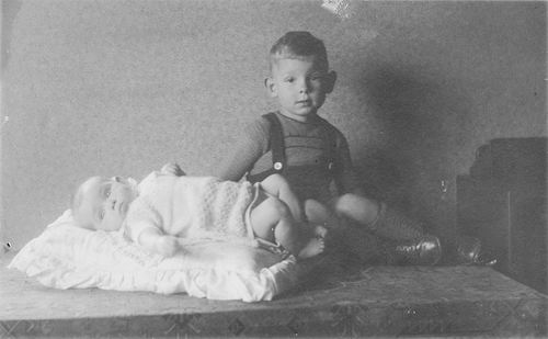 Koolbergen Aad 1941 1943 met baby zus Ellie