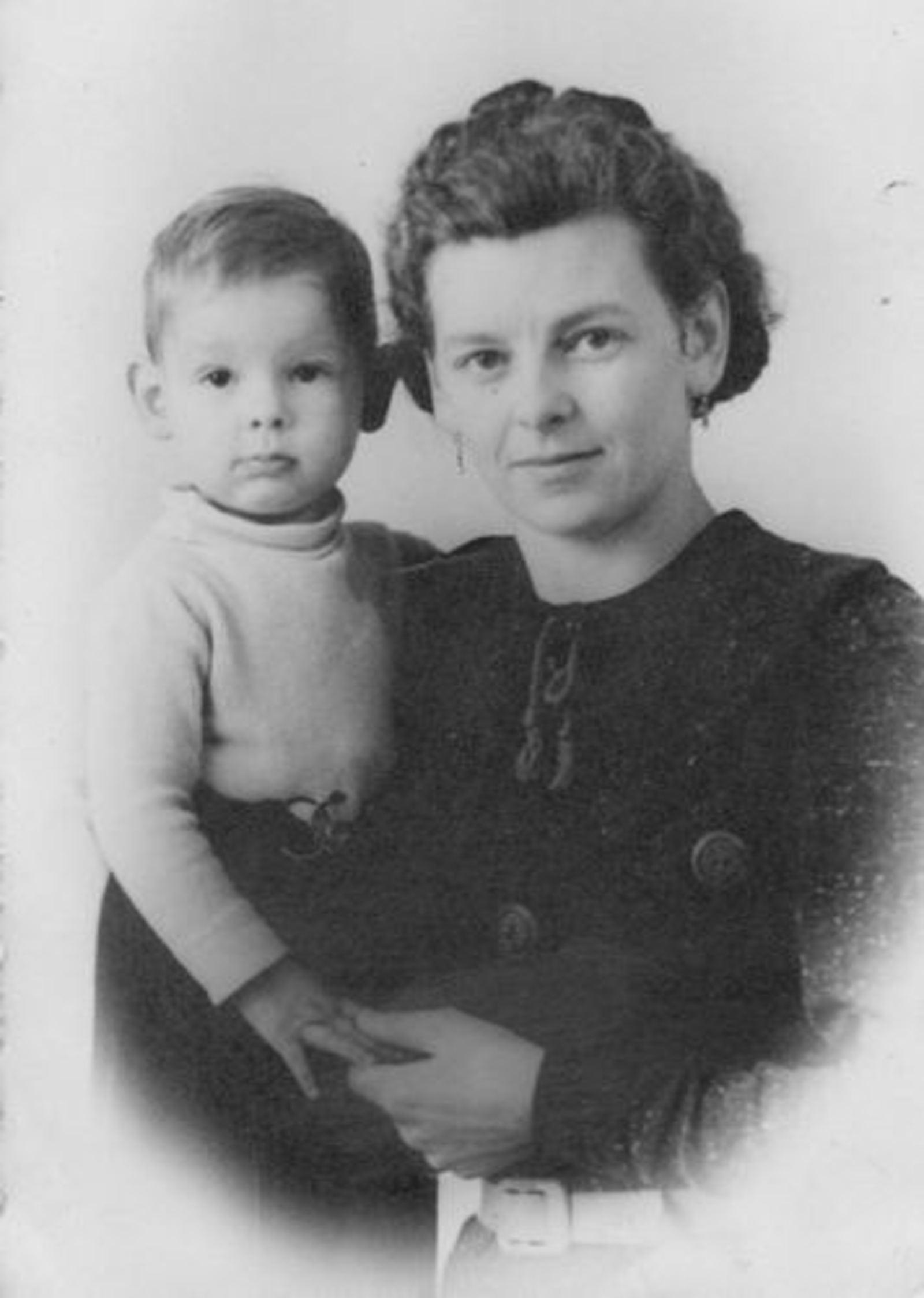 Koolbergen Aad 1941 1943± met moeder Tinie bij de Fotograaf