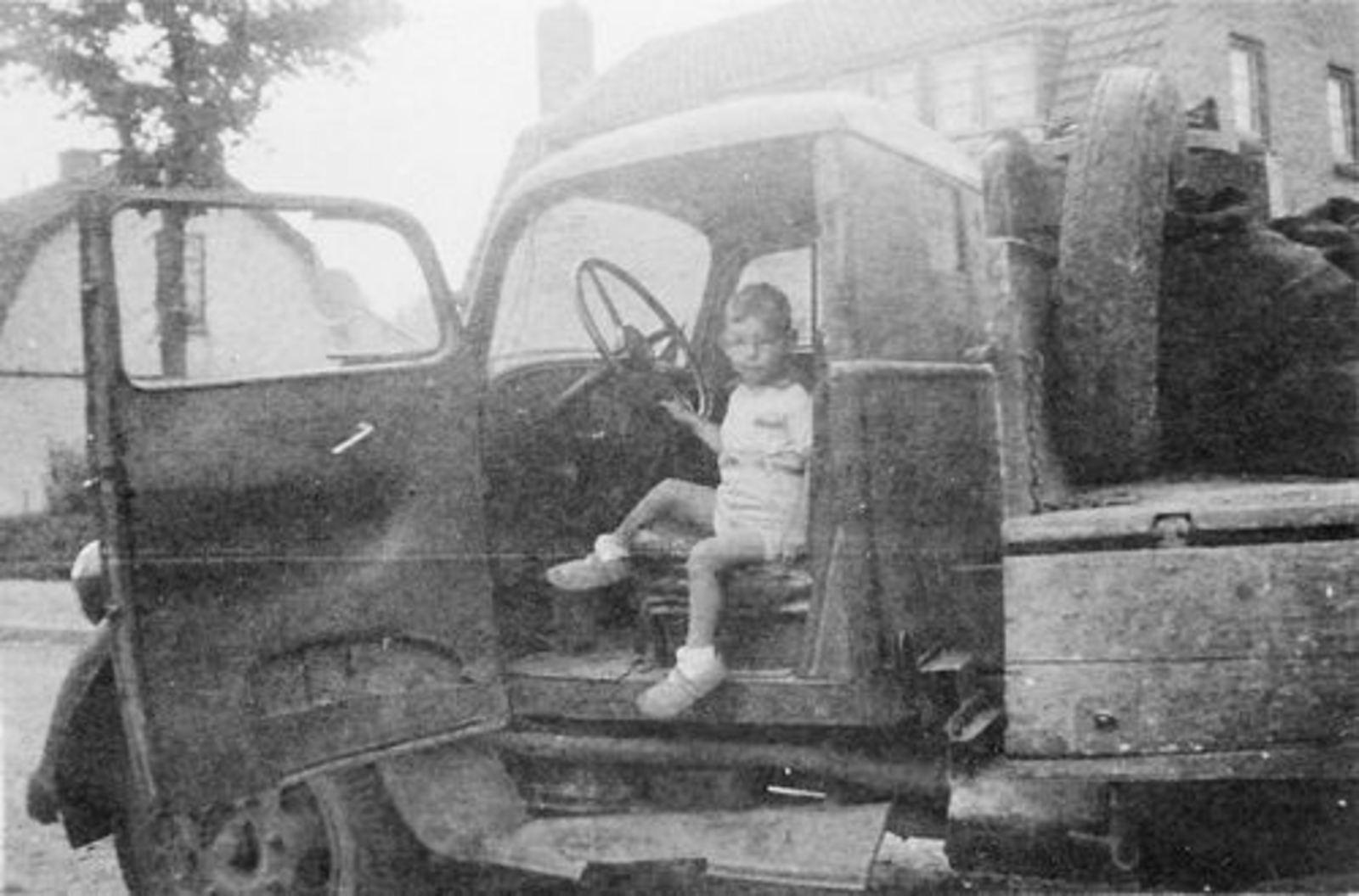 Koolbergen Aad 1941 1945± in Vrachtwagen vader Fons