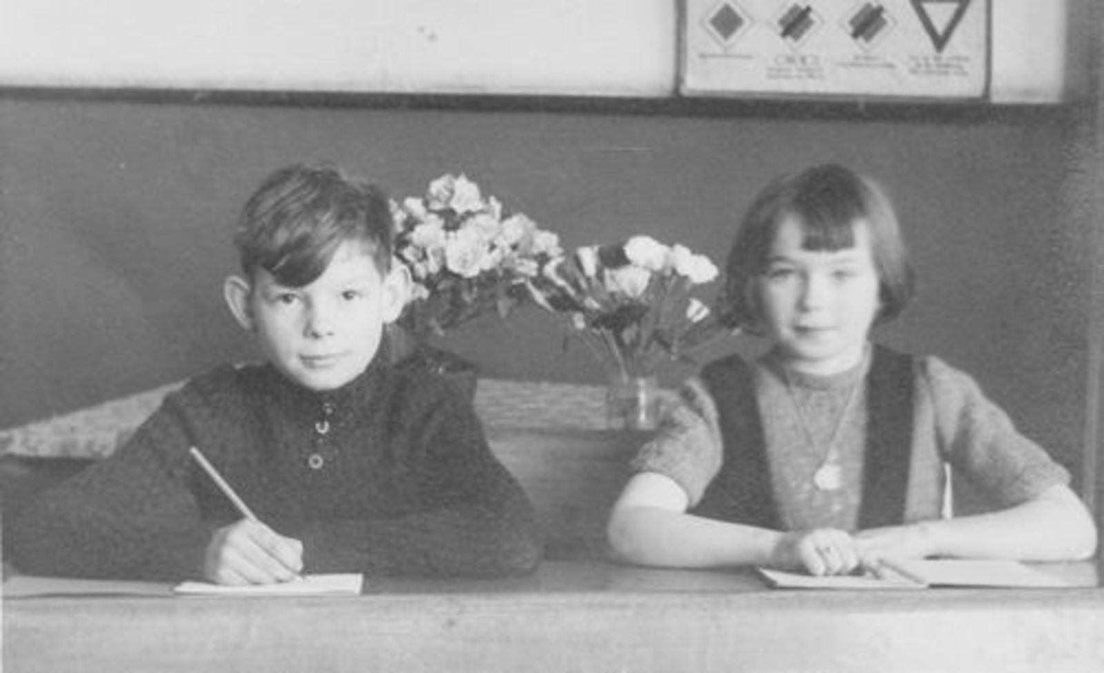 Koolbergen Aad 1941 1950± Schoolfoto met zus Ellie