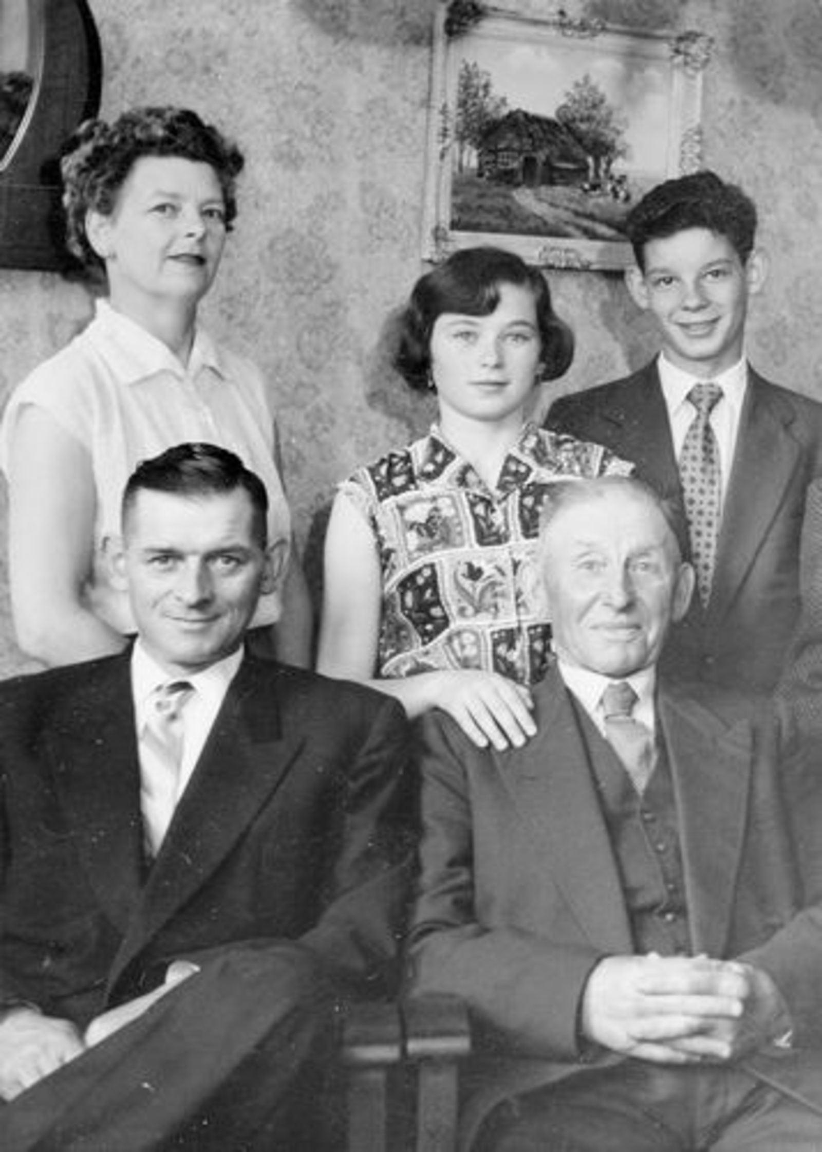 Koolbergen Fons 1914 1956± Gezinsfoto met Opa Stiekema