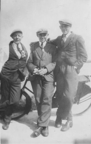 Koolbergen Fons 1914 19__ bij Fiets met onbekende Vrienden