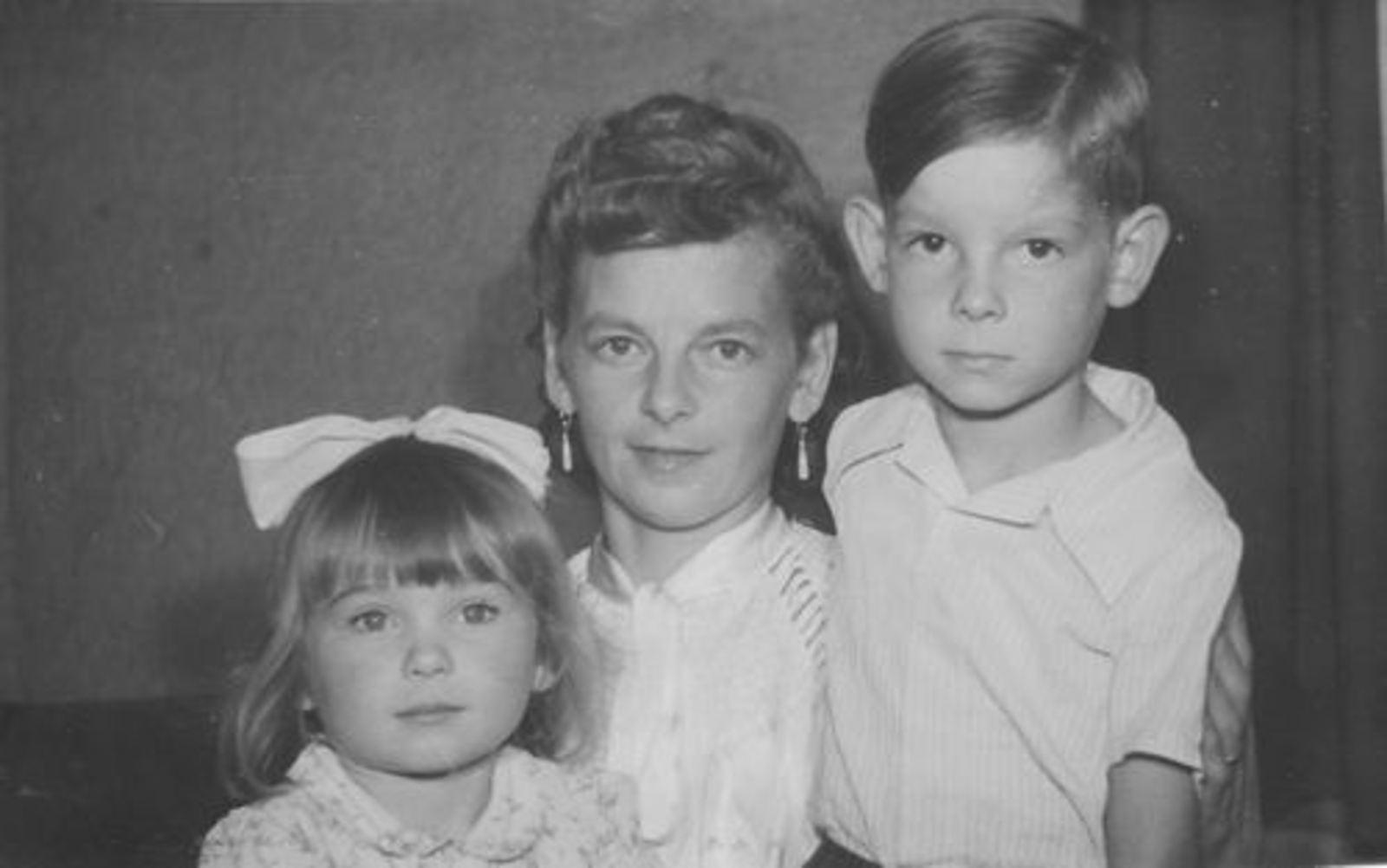 Koolbergen-Stiekema Tinie 1916 1946± met kinderen Ellie en Aad