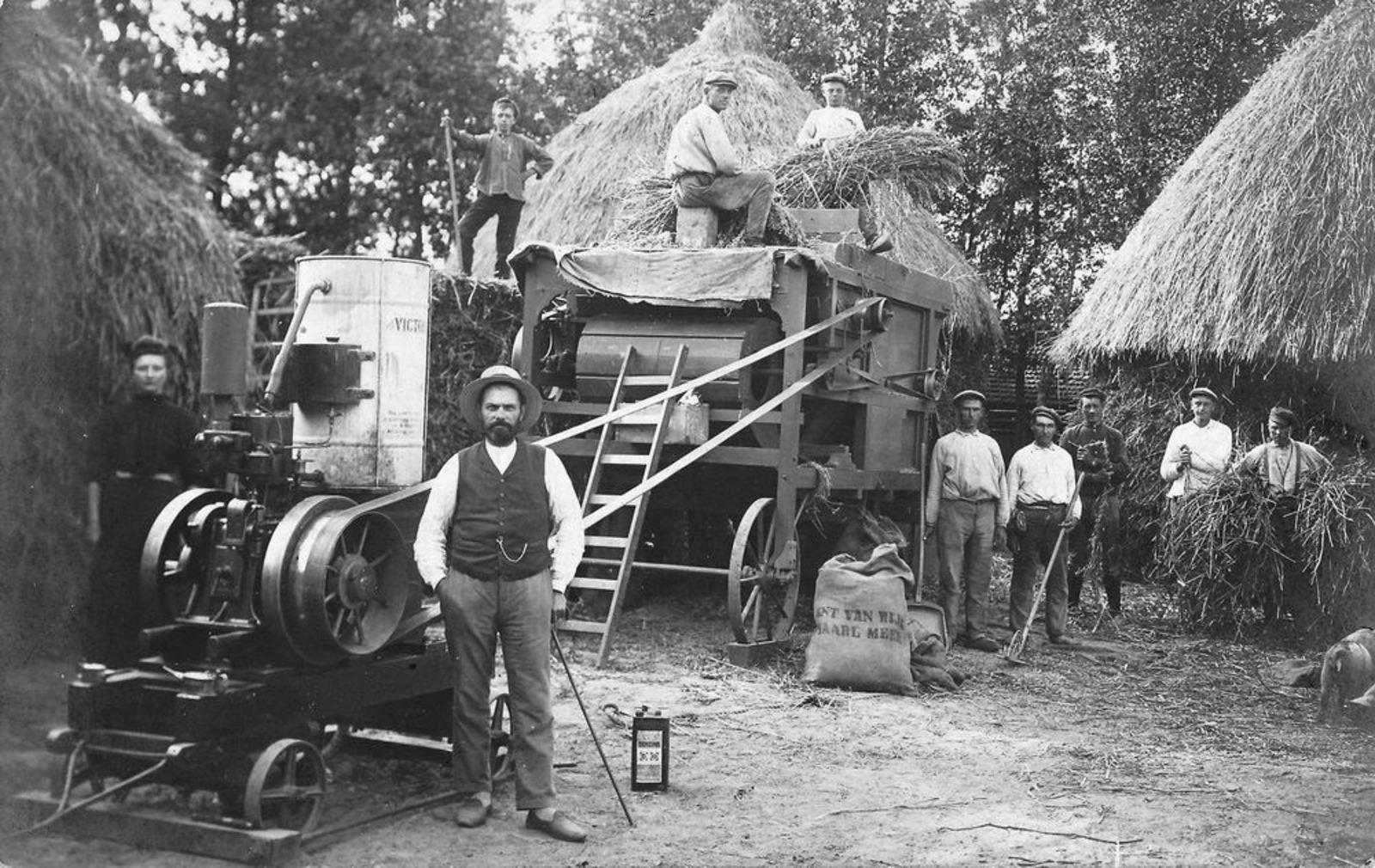 Korenoogst 1900 Dorsmachine bij v Wijk_2