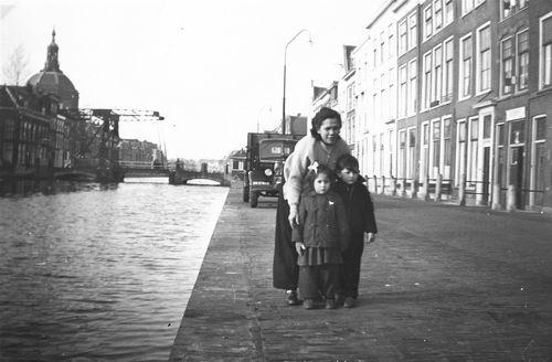 Kors Fam 1956 Onbekend met kinderen Ruth en Hans langs Gracht
