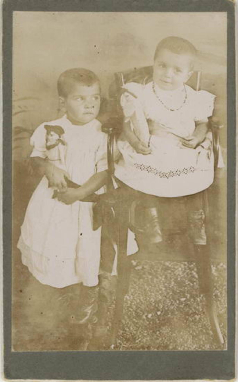 Koter Jan Willem 1866 1908± dochters Maria en Maaike bij Fotograaf