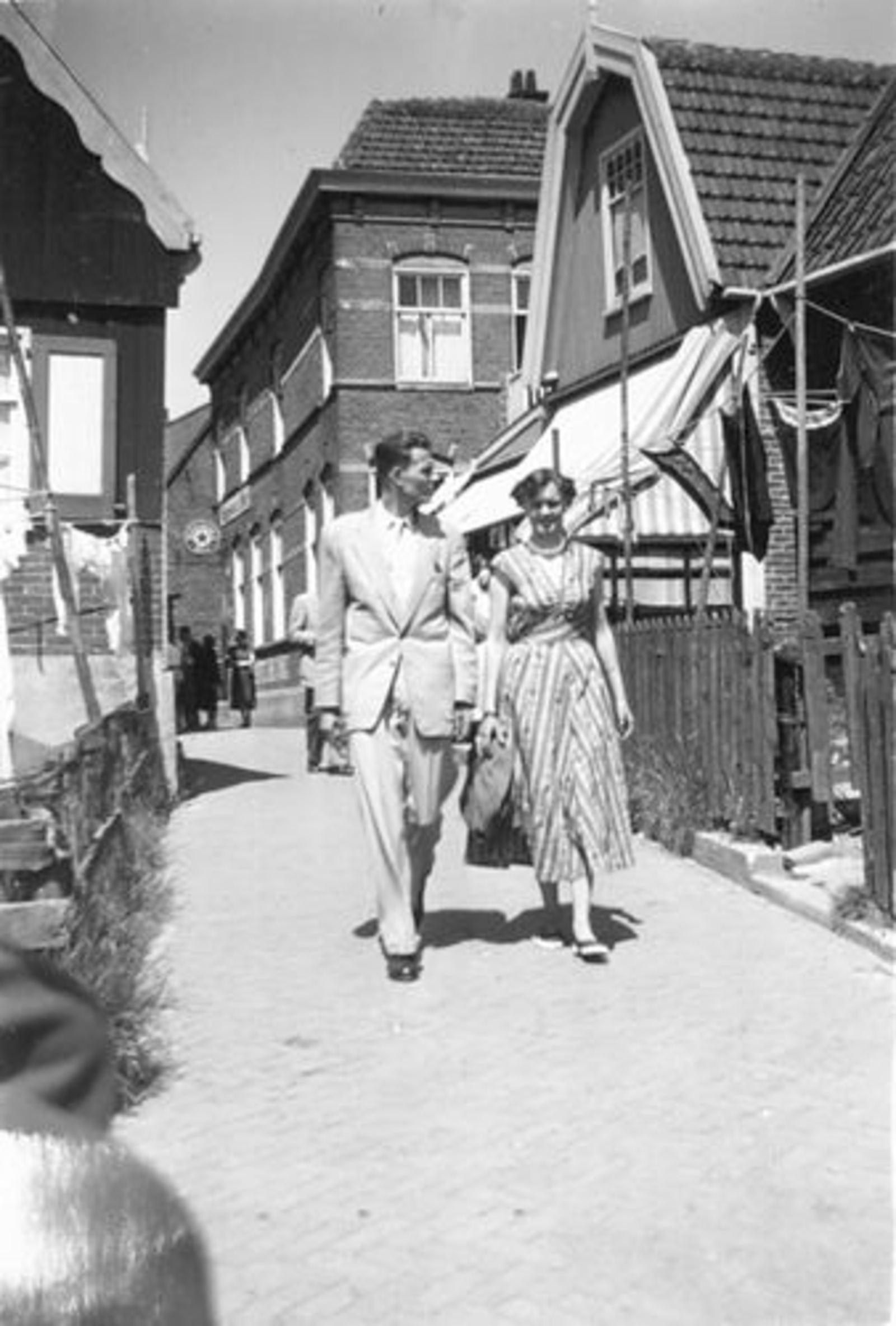Kroezen Hilly 1955 Uitje naar Marken met vriend