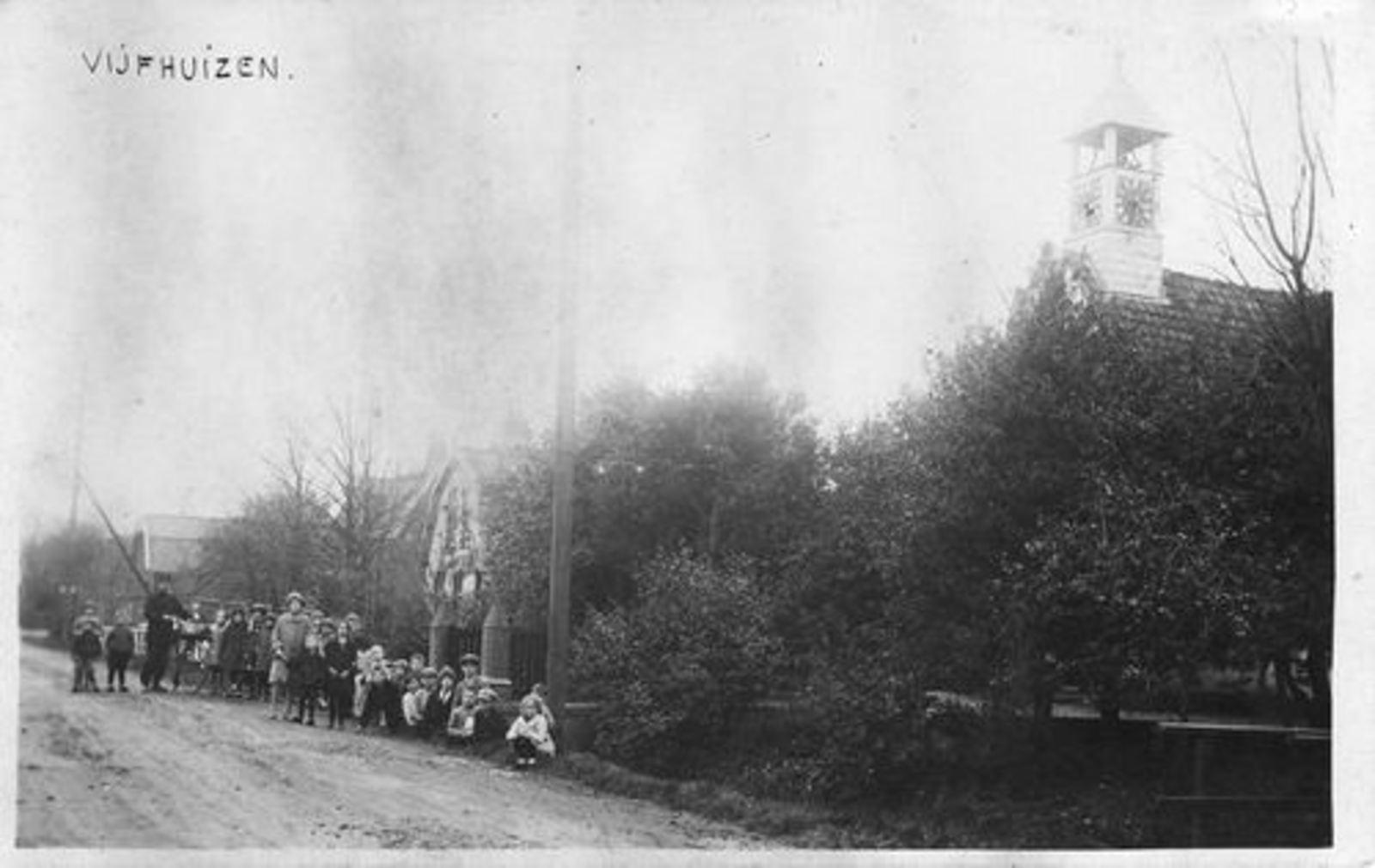 Kromme Spieringweg W 0515 1930 NH Kerk met Groep Kinderen