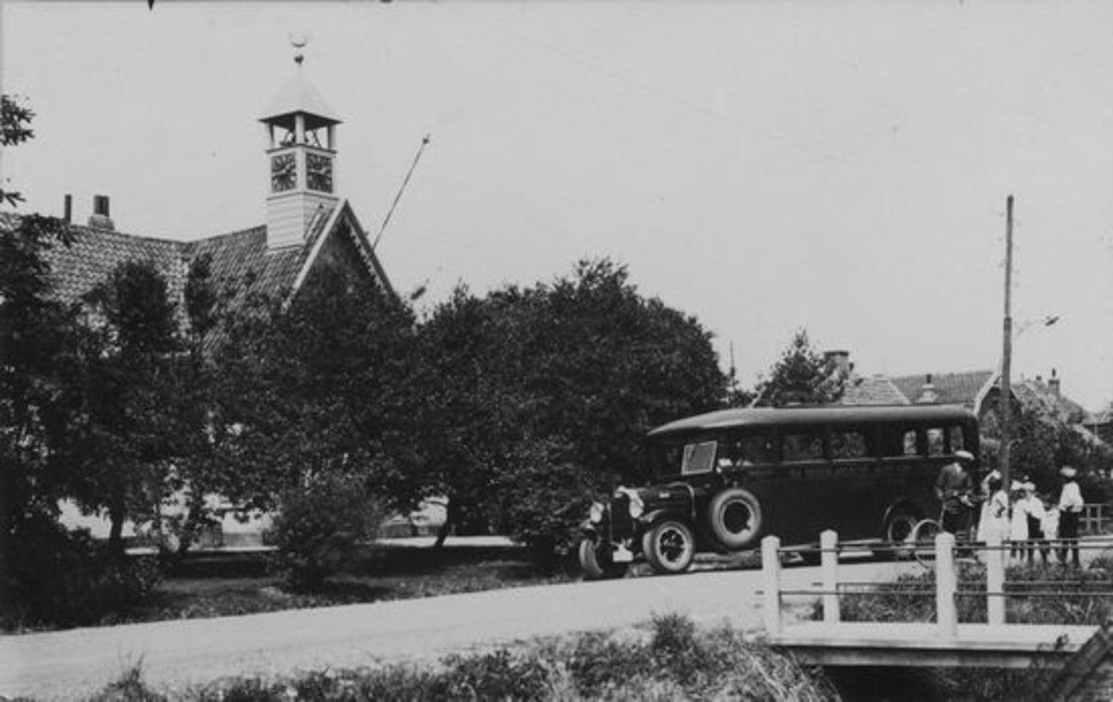 Kromme Spieringweg W 0515- 195_ NH Kerk met Bus
