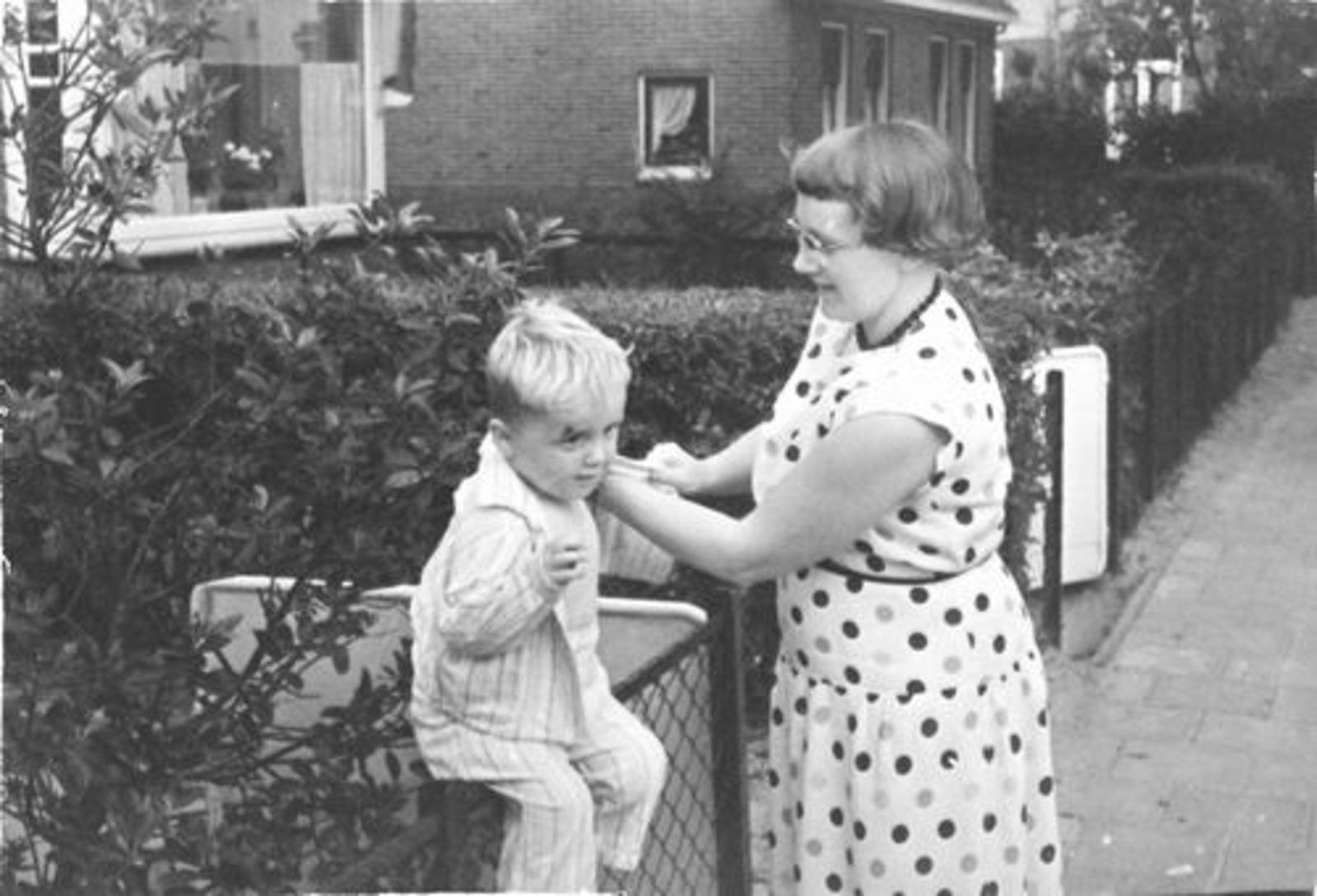 Kruislaan N 0005-01 1956± met Moeder en Jacob Mannessen