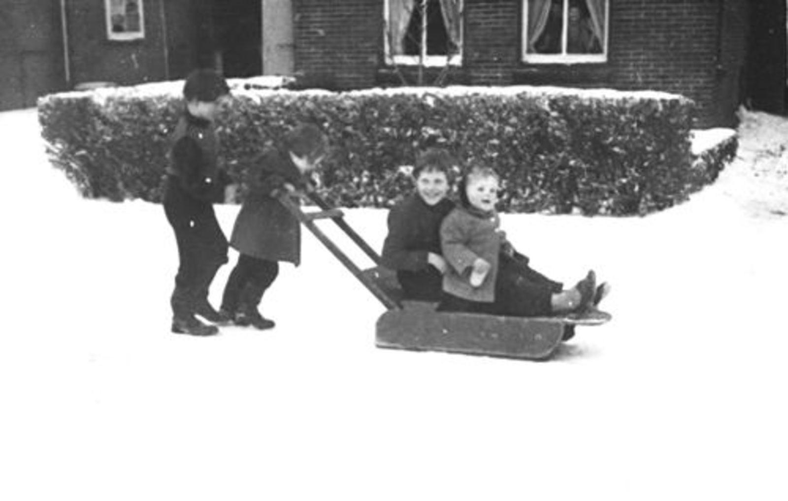 Kruislaan N 0011 1956± met spelende kinderen Mannessen